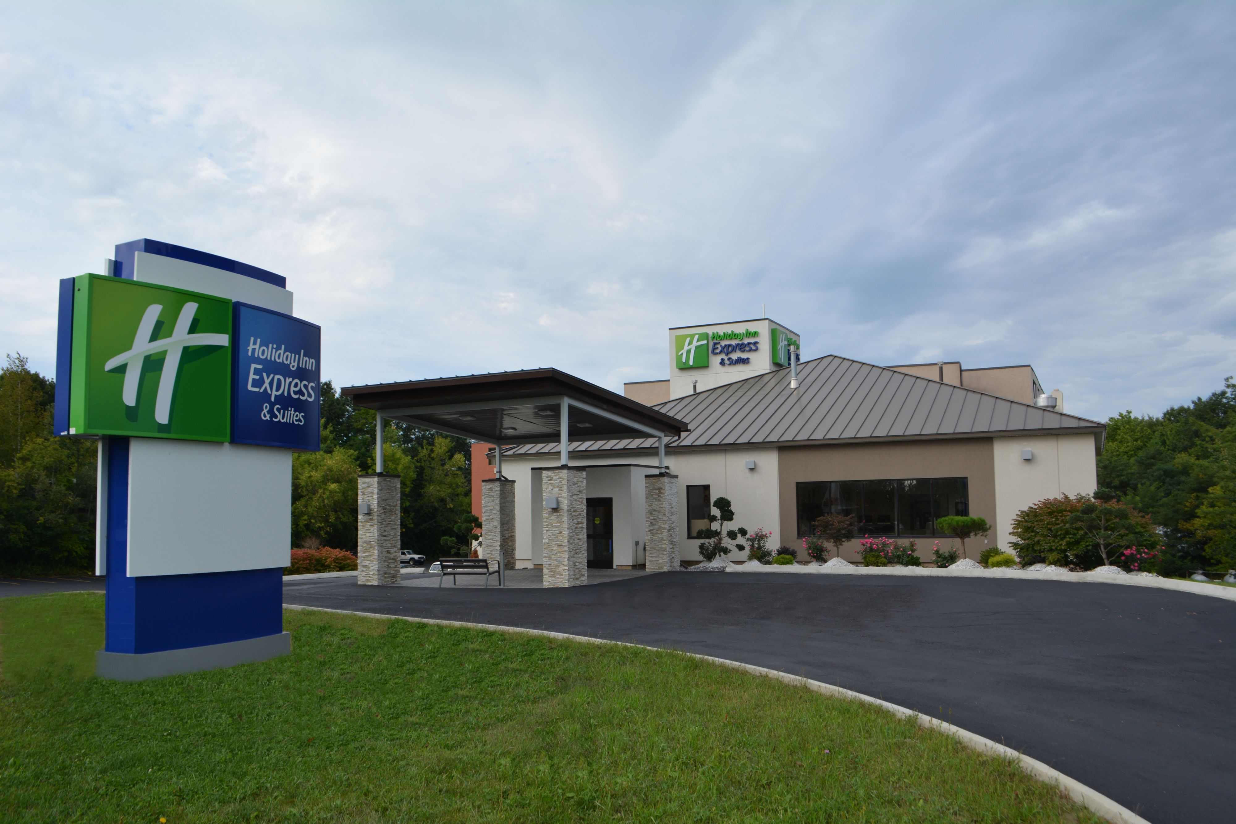 holiday inn express suites watertown thousand islands at. Black Bedroom Furniture Sets. Home Design Ideas