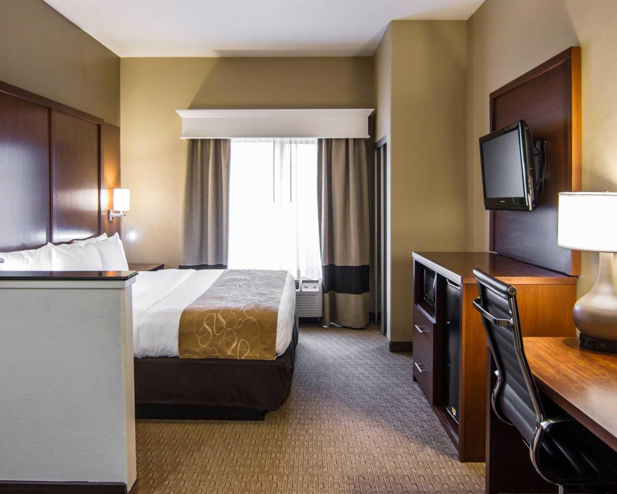 Comfort Suites Marshall image 4
