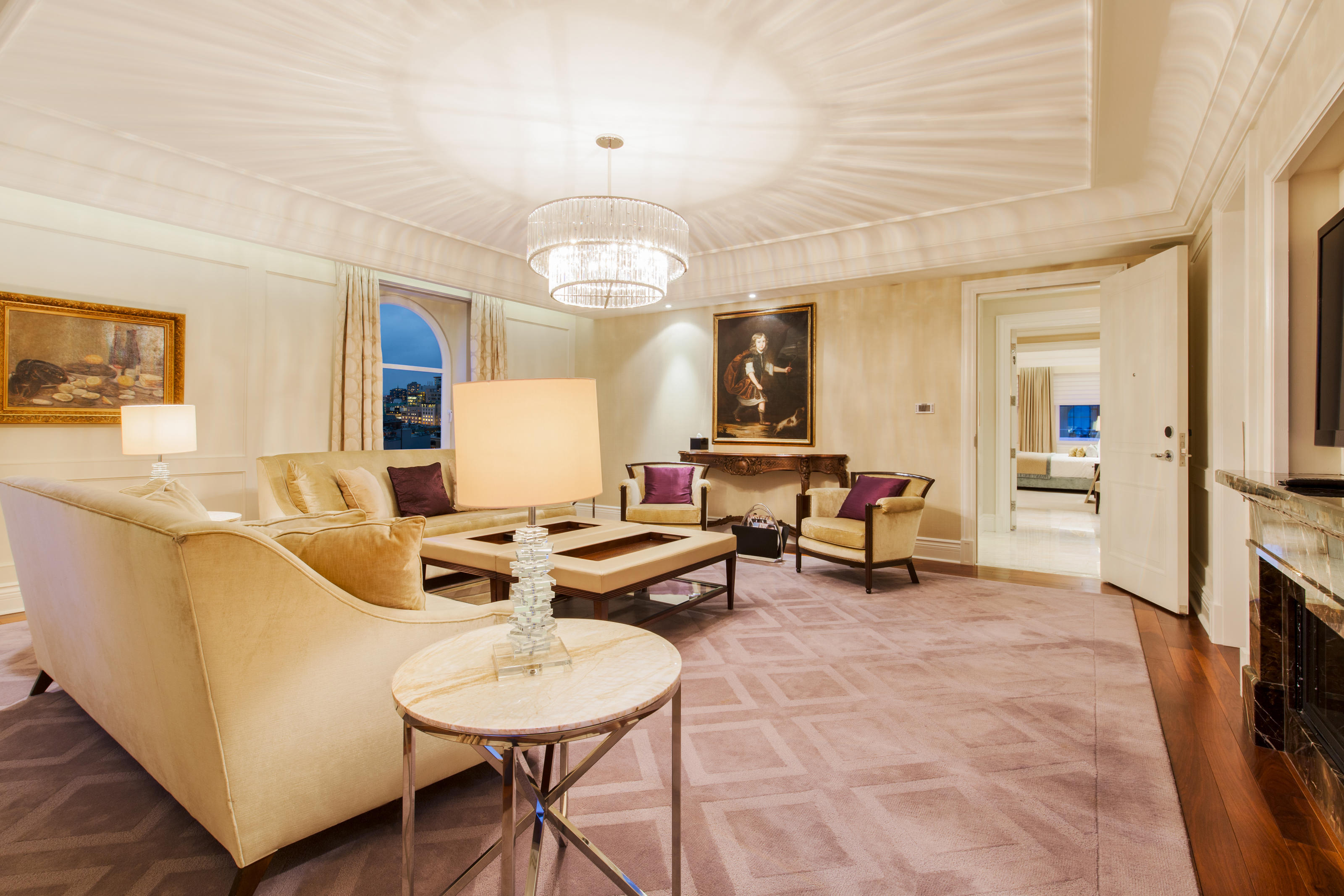 The Ritz-Carlton, Montreal à Montreal: True to its name, this stunning space reigns supreme across 12 distinctive rooms and over 3,435 square feet, making it one of the largest suites in Montréal. Beyond the stately entrance foyer, an impressive living room aff ords the opportunity to entertain with garden views, an LCD TV and a cozy fi replace. A separate dining room can accommodate up to 12 guests for a memorable meal or an inspiring meeting.