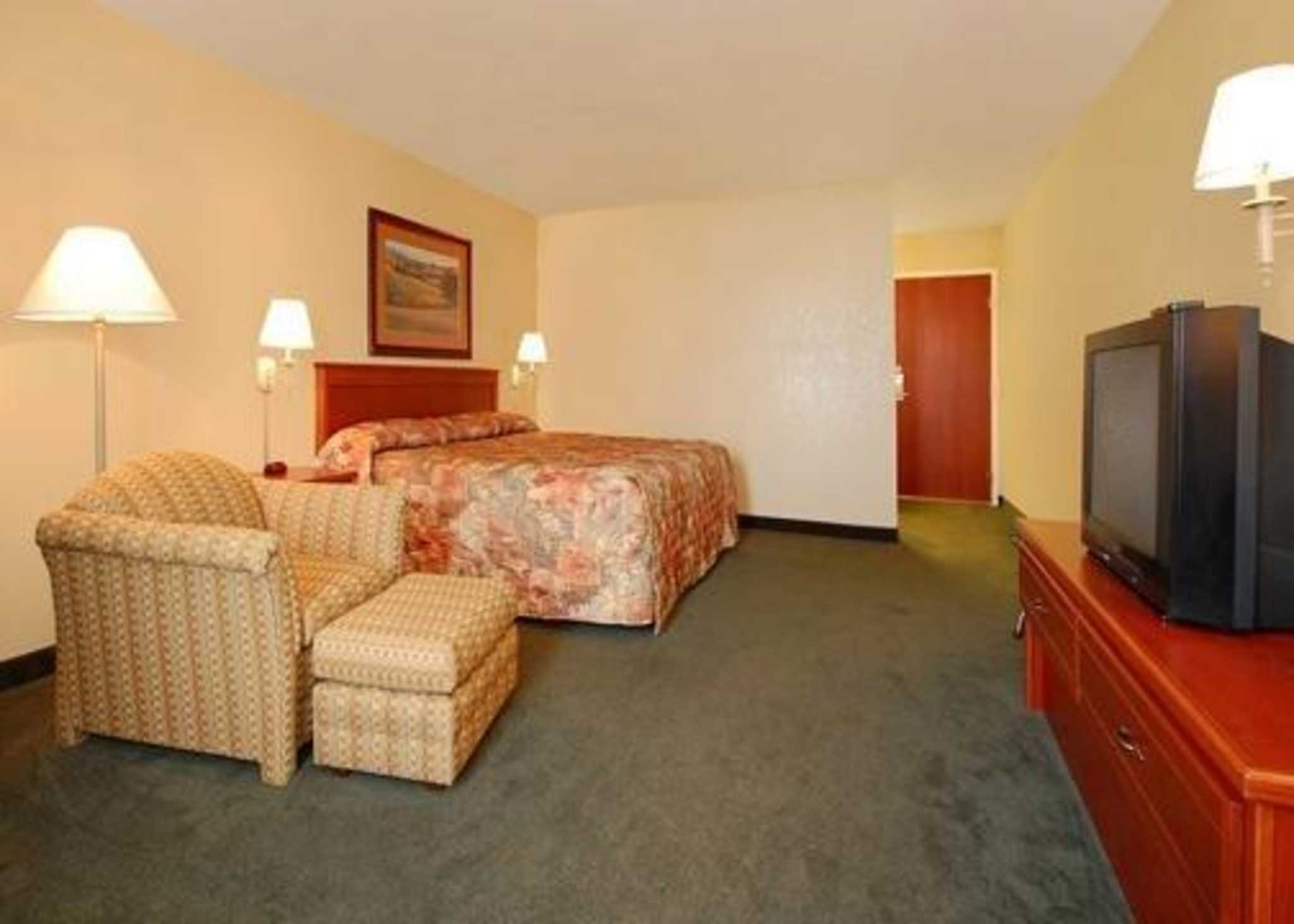 Econo Lodge Inn & Suites image 4
