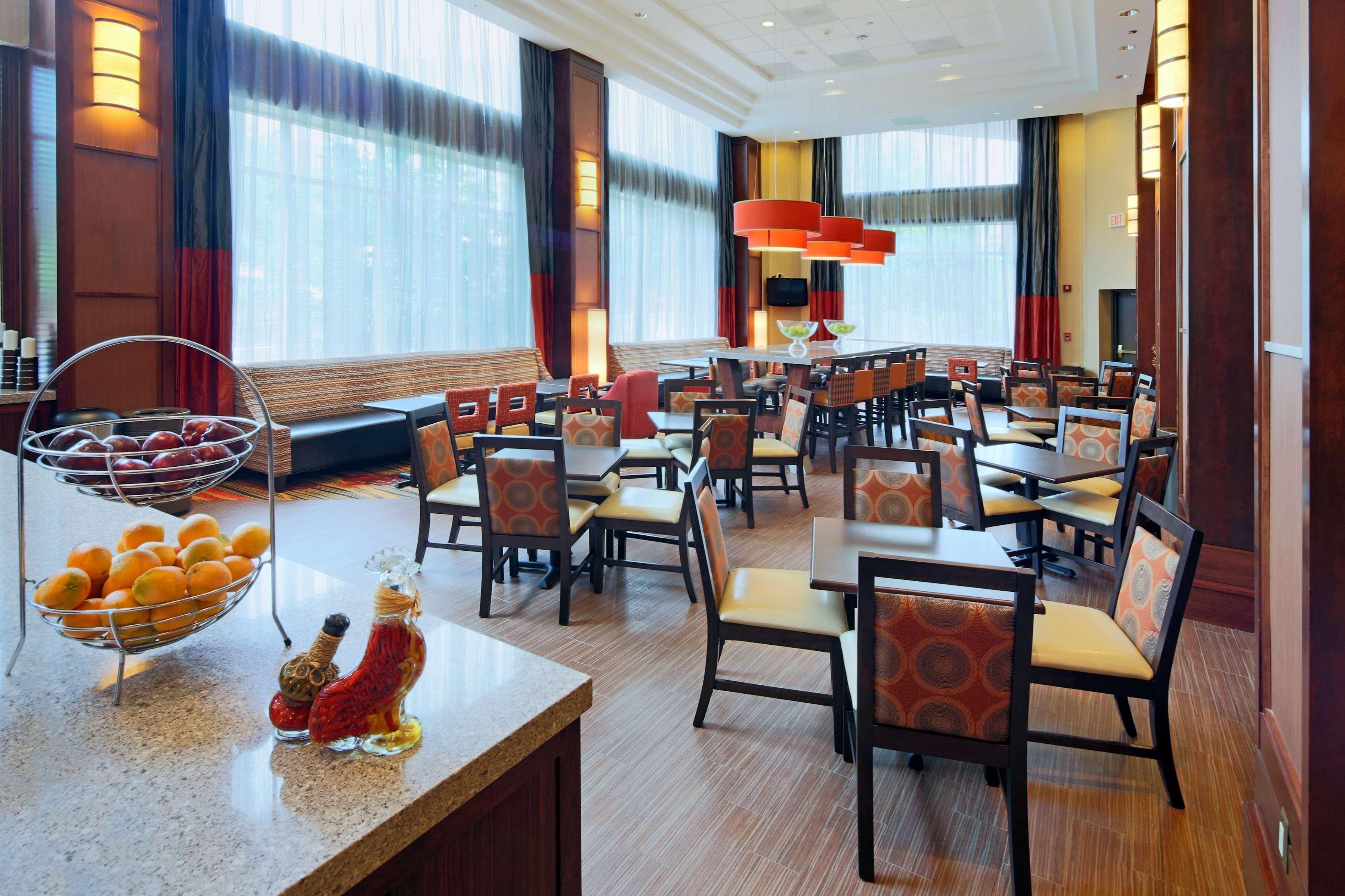Hampton Inn & Suites Reagan National Airport image 4