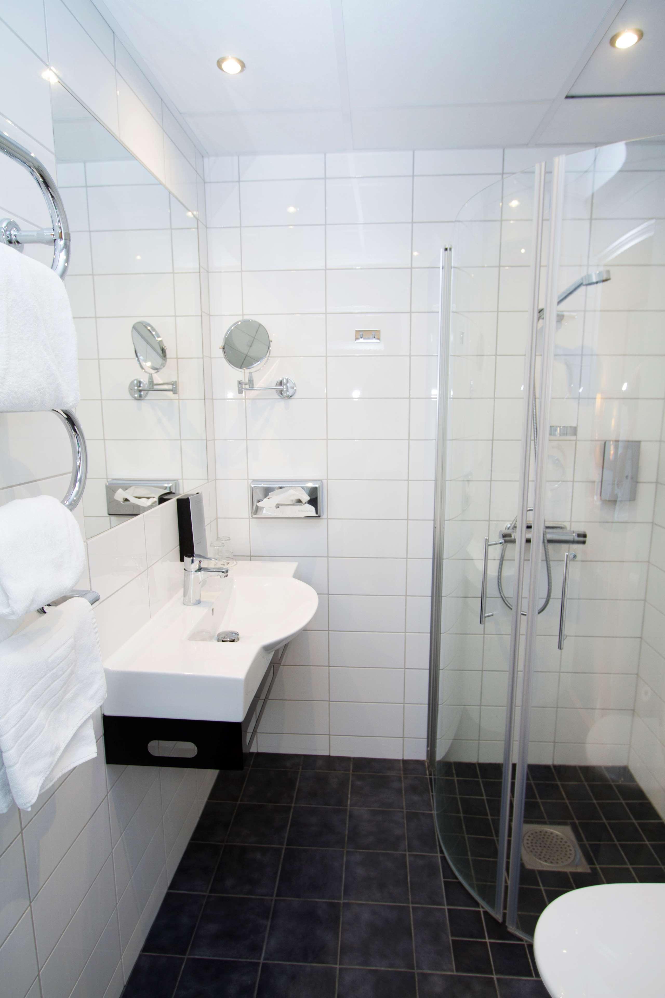 Business Room Bathroom