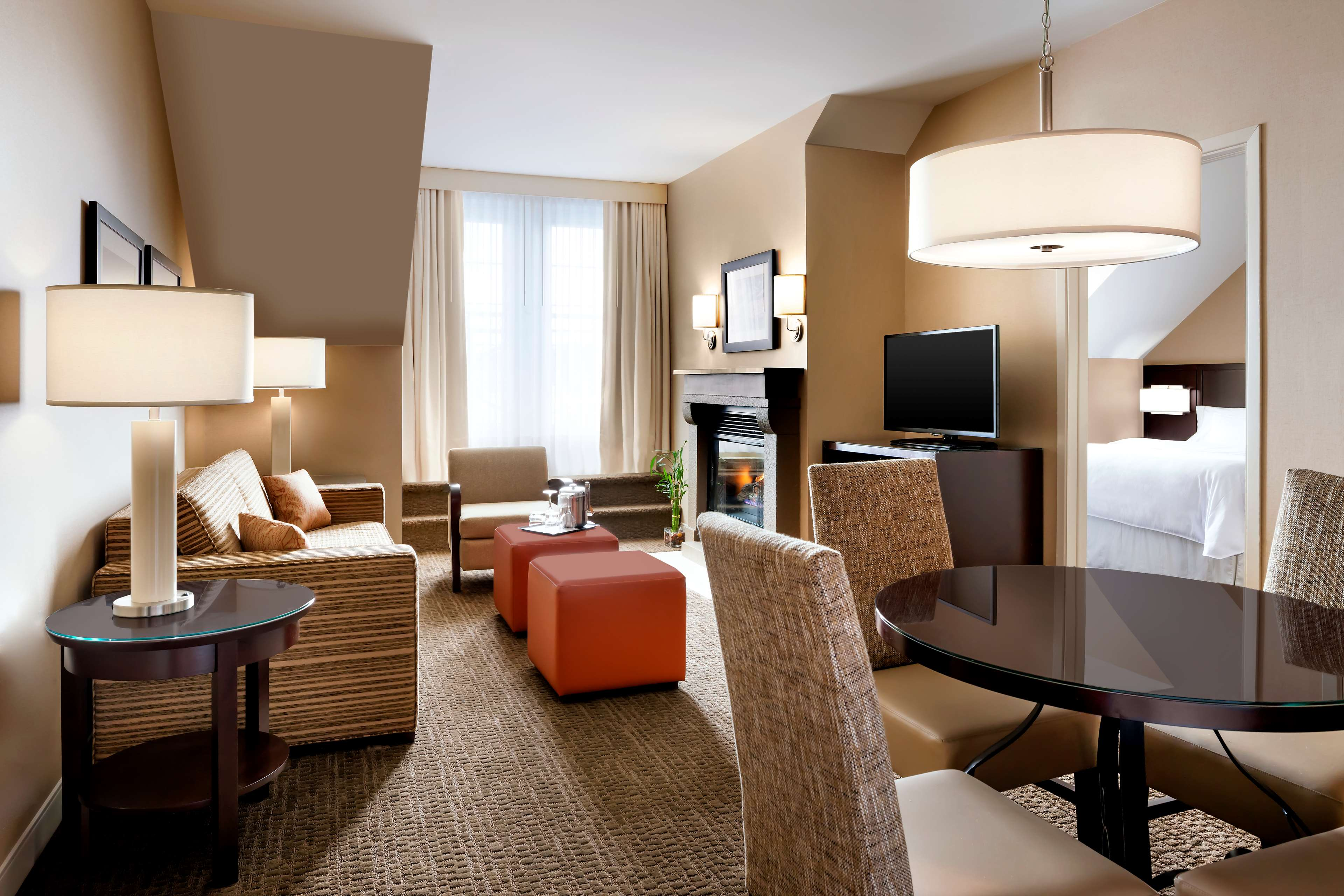Le Westin Resort & Spa, Tremblant, Quebec à Mont Tremblant: Living Areas with view to the Bedroom - One Bedroom Suite