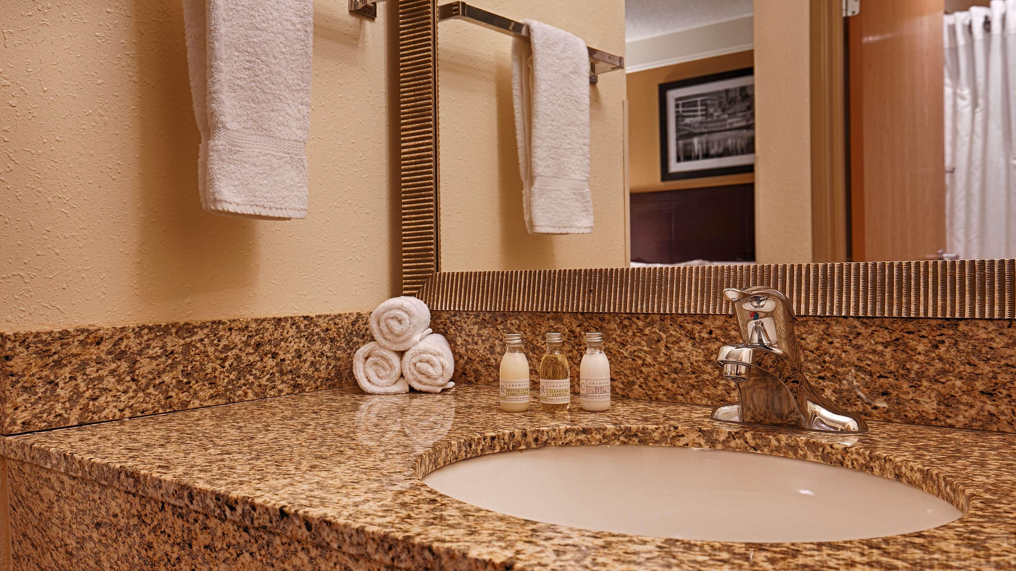 Best western plus peoria east peoria il business for Bathrooms plus peoria il