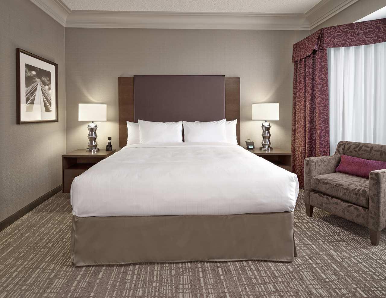 DoubleTree by Hilton Hotel West Edmonton in Edmonton: King Hospitality Bedroom