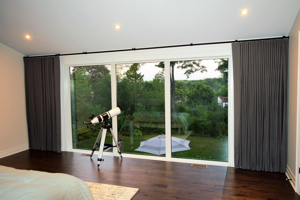 Budget Blinds à Waterloo: The interior of this Waterloo home was very contemporary. There was only one style of drapery that would do for the master bedroom: Ripplefold. The soft, continuous and consistent waves of the drapes melted perfectly into the decor.