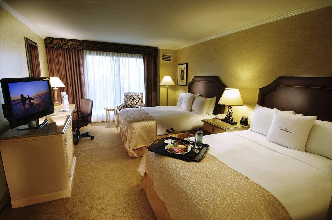 2 Queen Beds Room