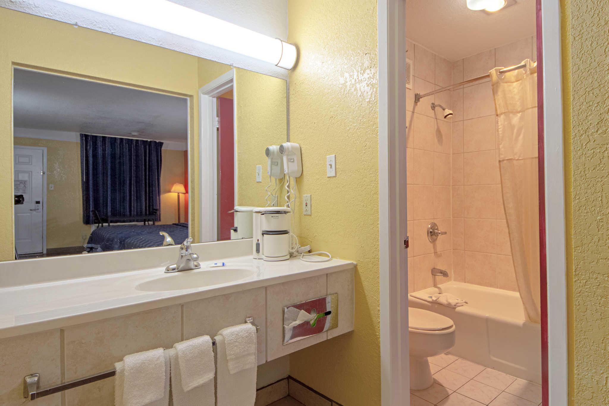 Rodeway Inn & Suites image 31