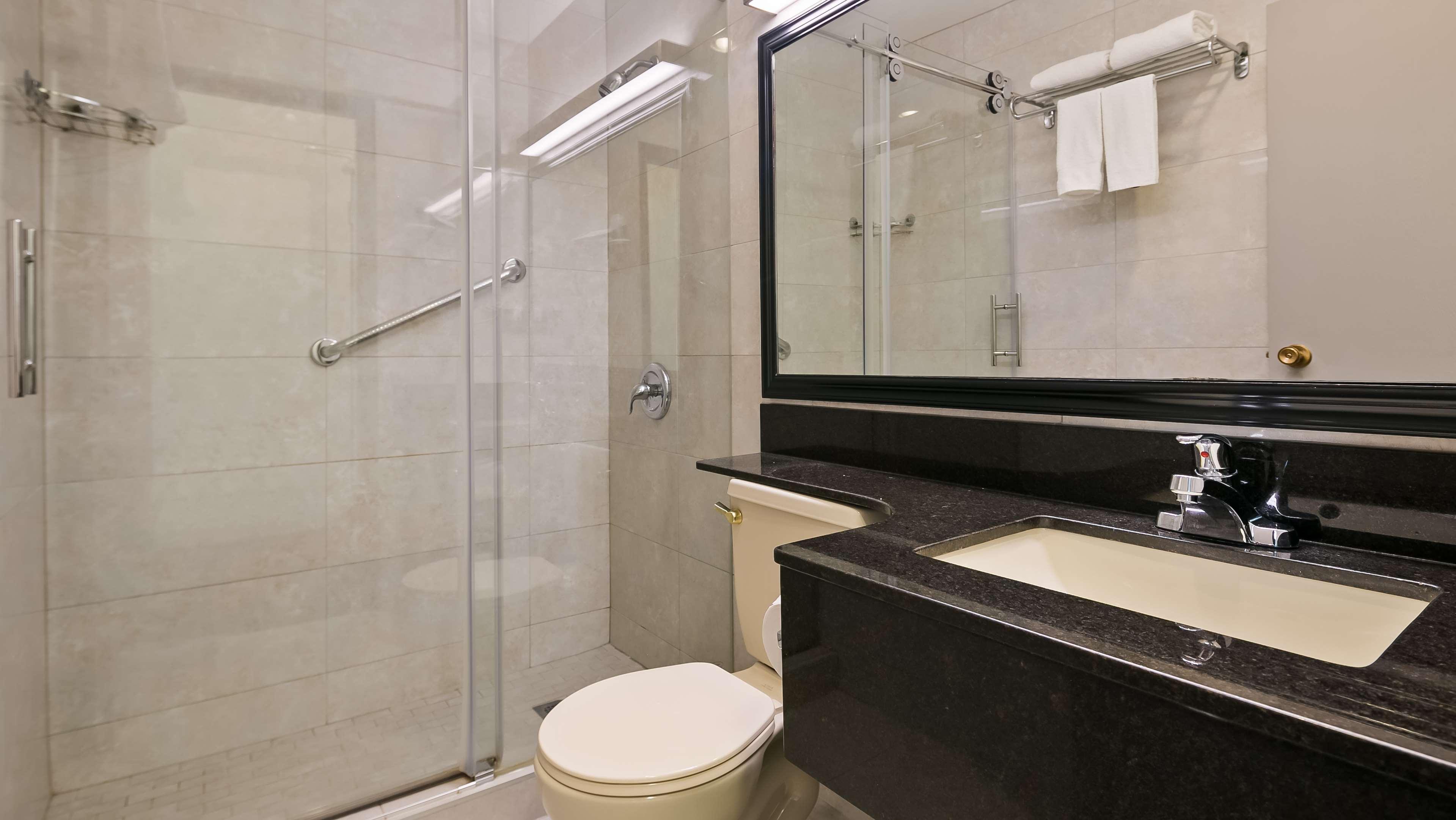 Best Western Airport Inn in Calgary: Guest Bathroom