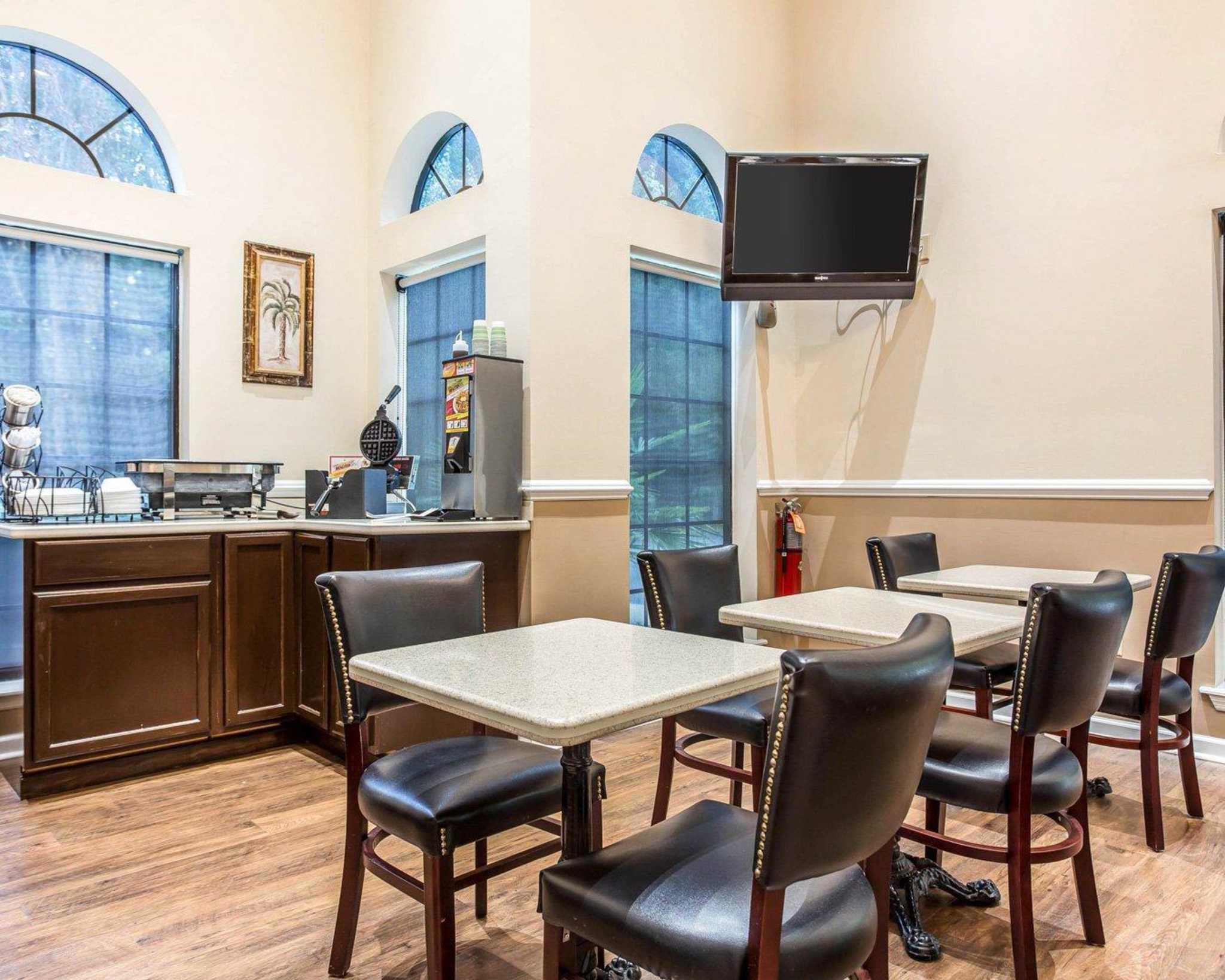 Econo Lodge Inn & Suites image 19