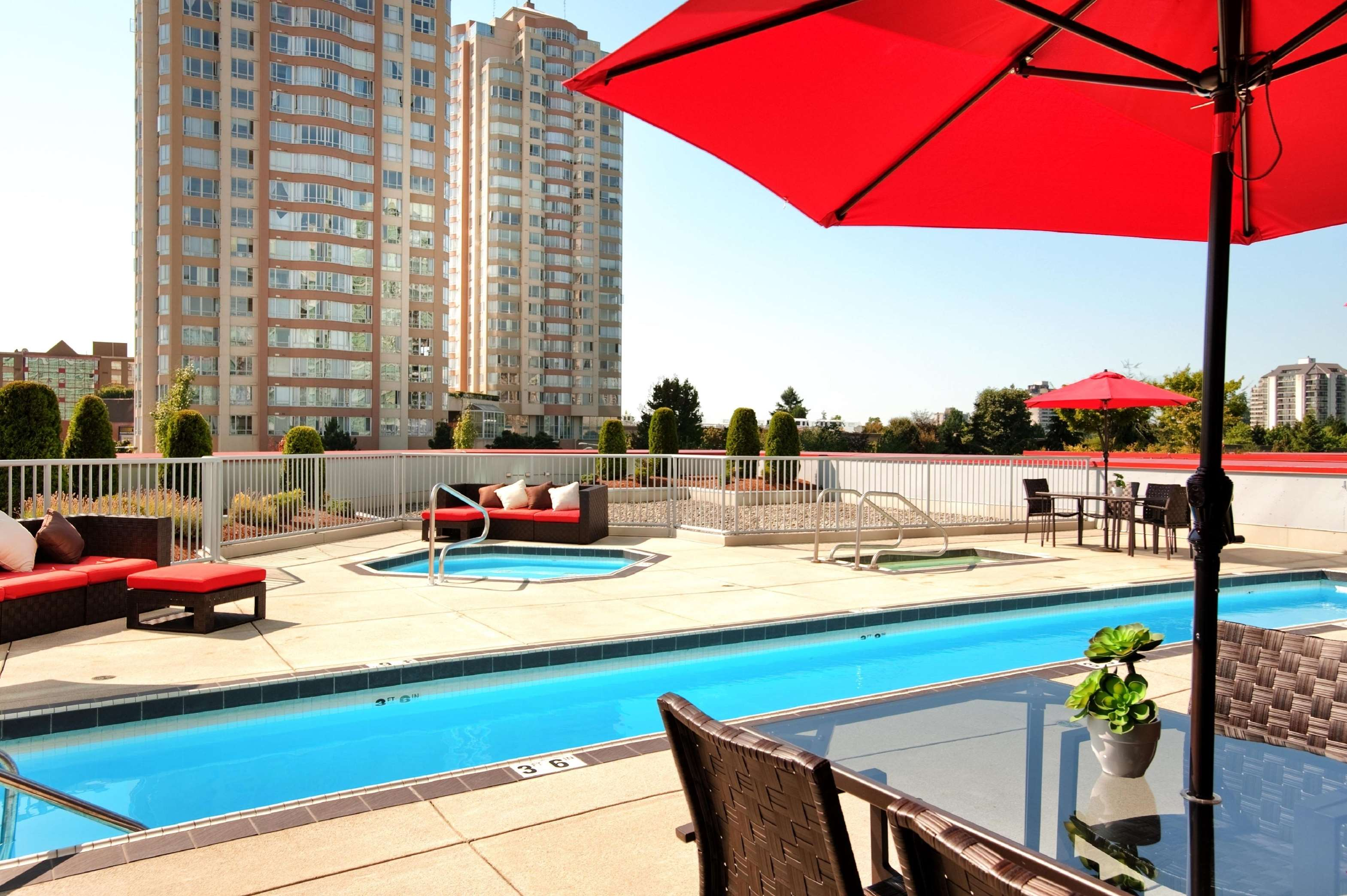 Hilton Vancouver Metrotown in Burnaby: Outdoor Pool