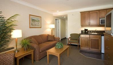 Best Western Plus Kelowna Hotel & Suites in Kelowna: King Suite with Wetbar