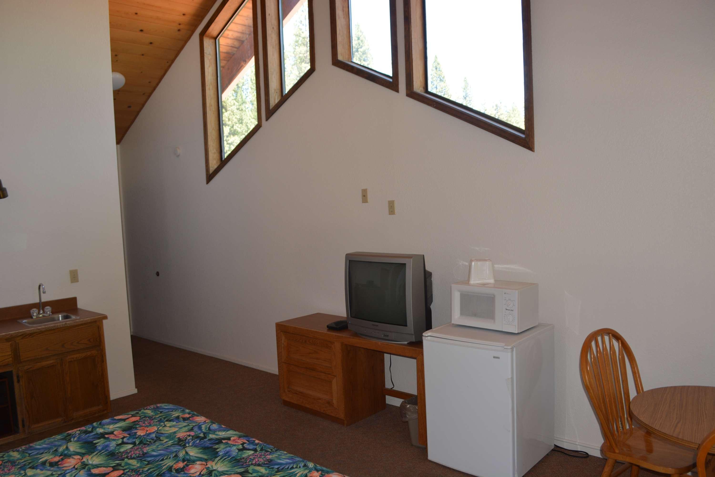 Pioneer Inn & Suites image 13