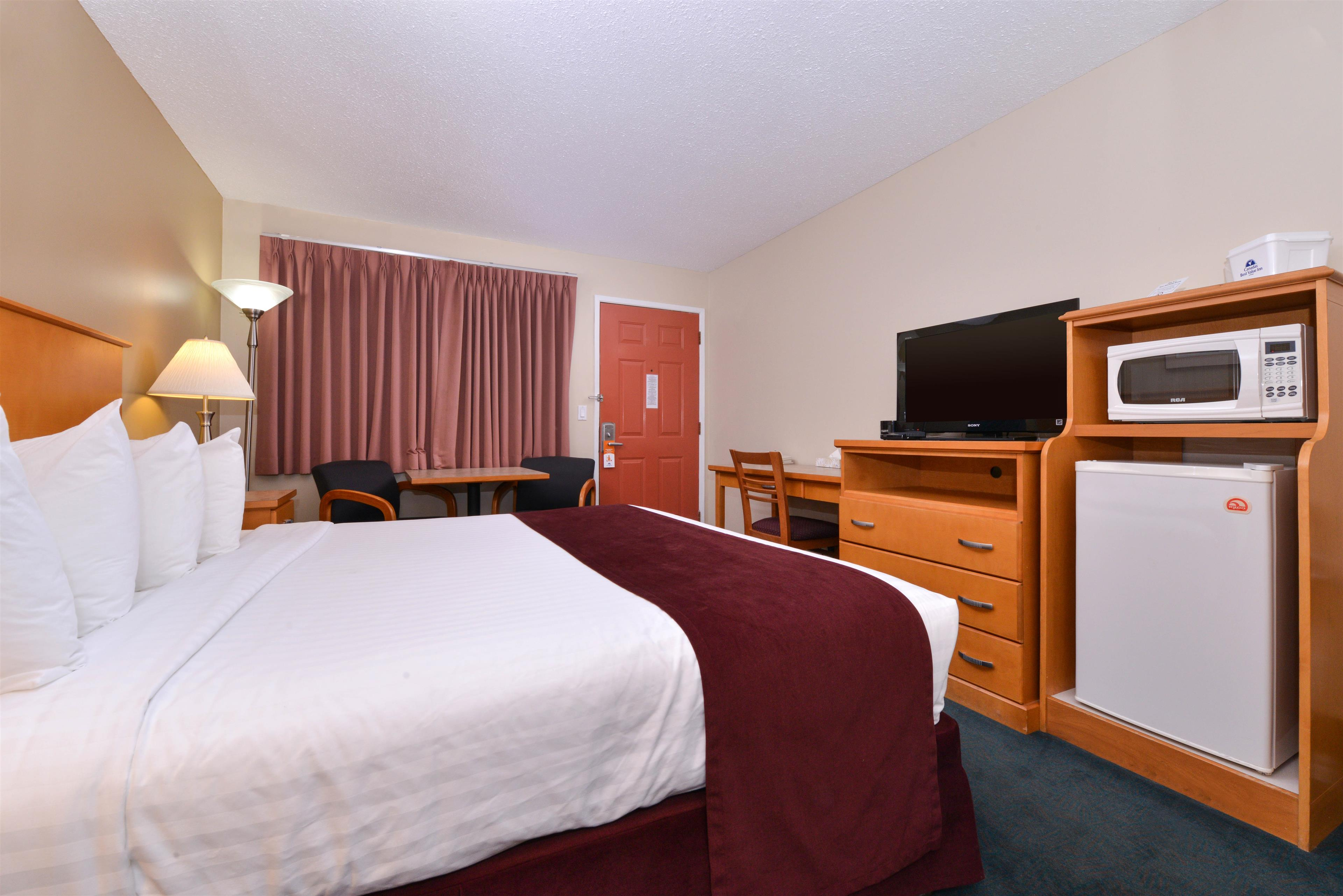 Canadas Best Value Inn & Suites in Vernon: One King Bed