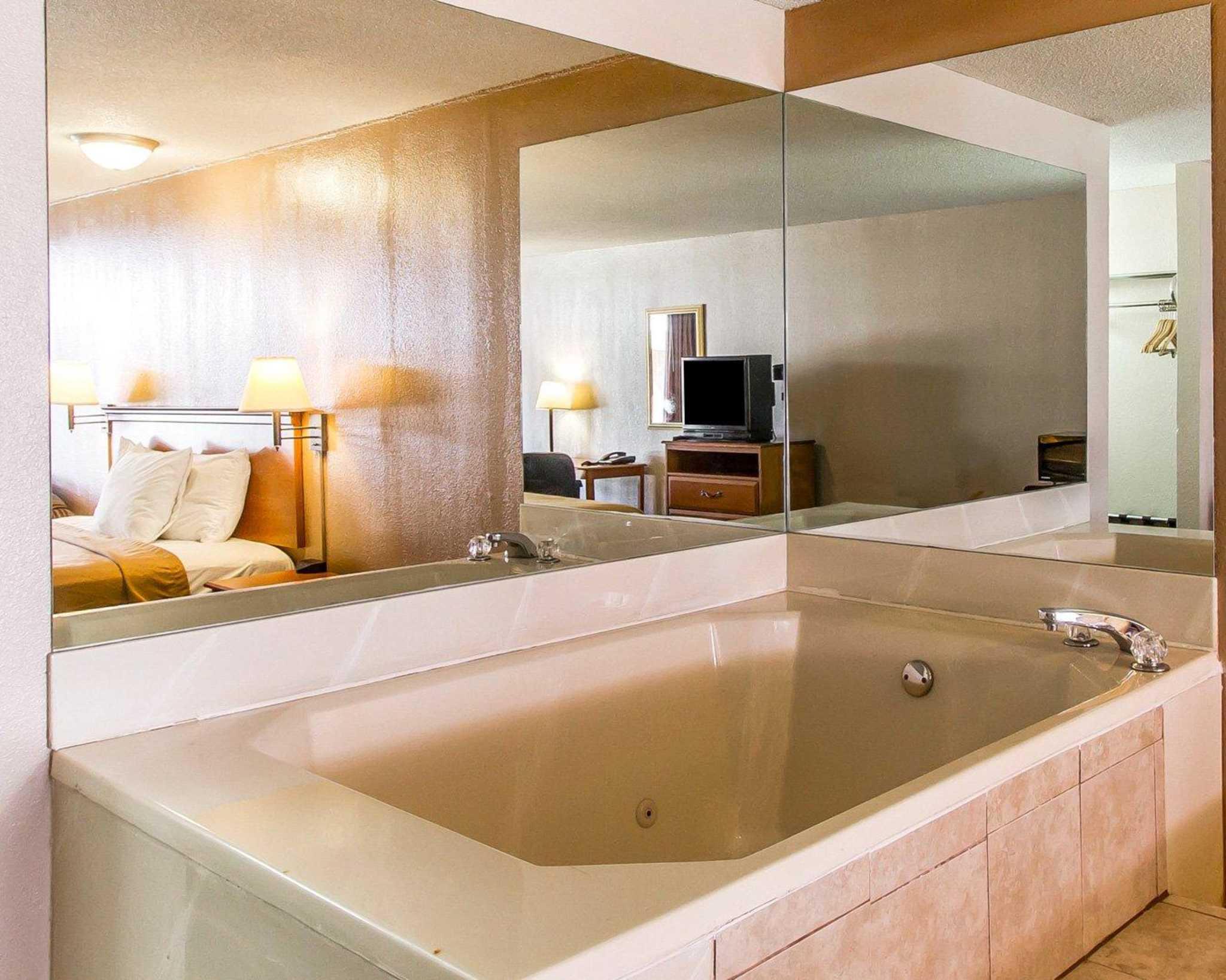 Econo Lodge  Inn & Suites Near Bricktown image 27