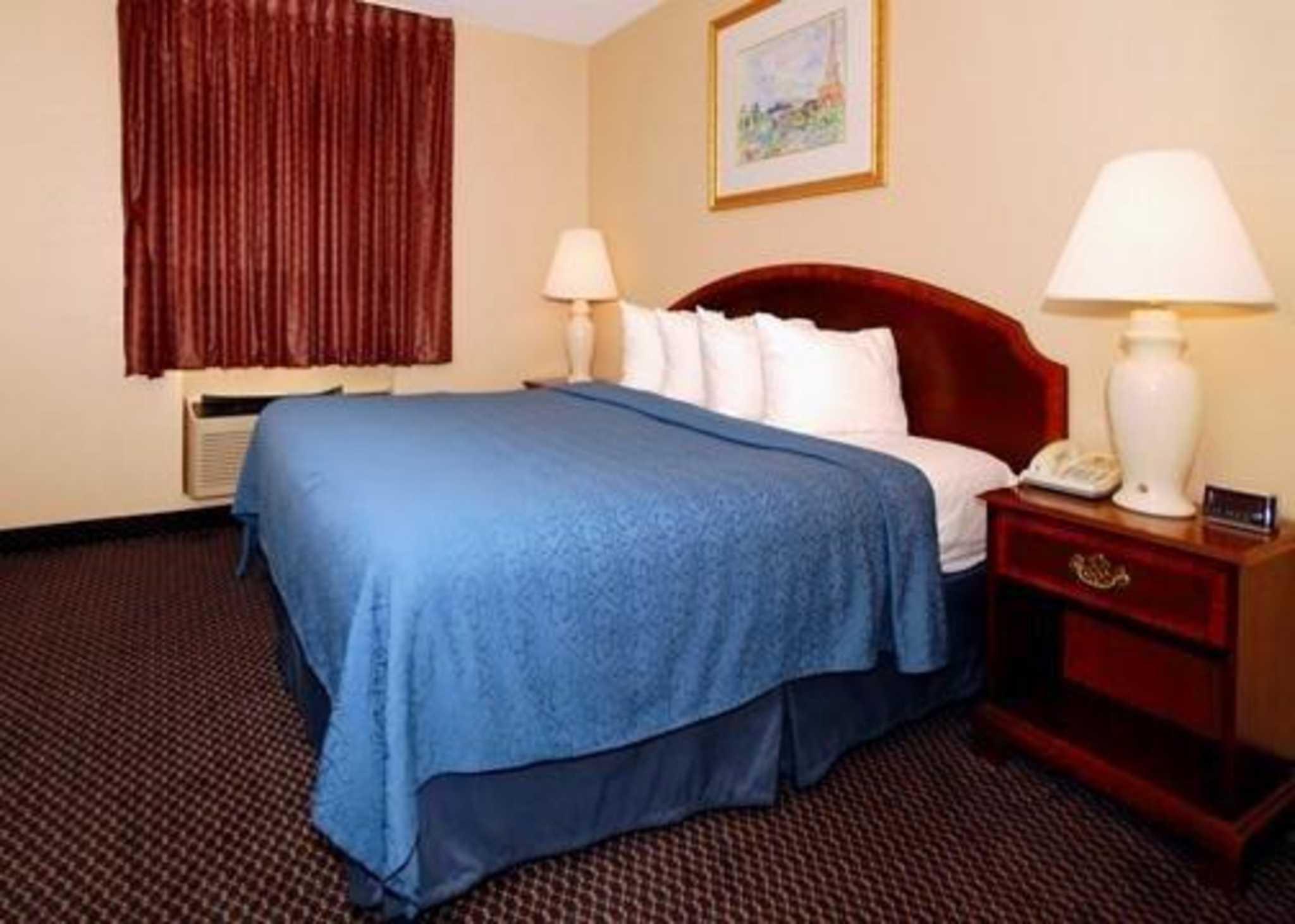 Econo Lodge Inn & Suites image 5