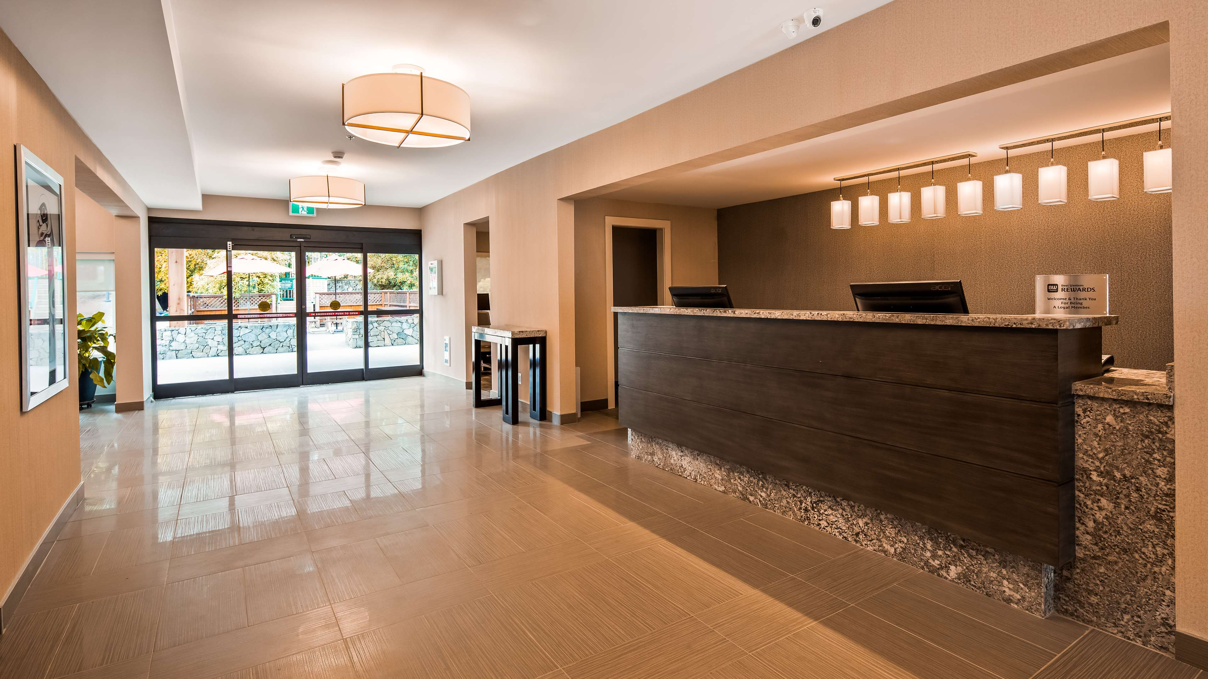 Best Western Cowichan Valley Inn in Duncan: Front Desk