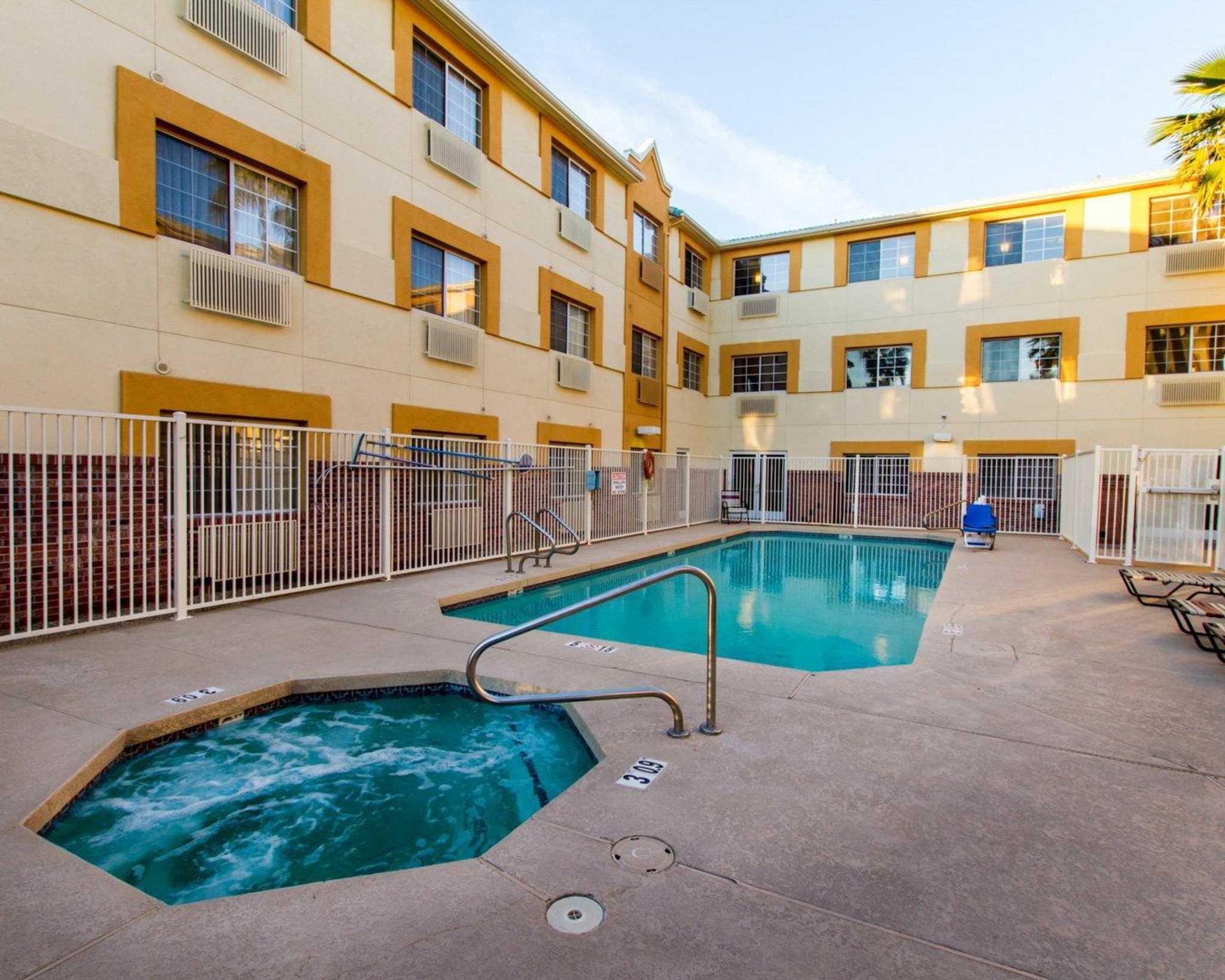 Comfort Suites Phoenix Airport image 5