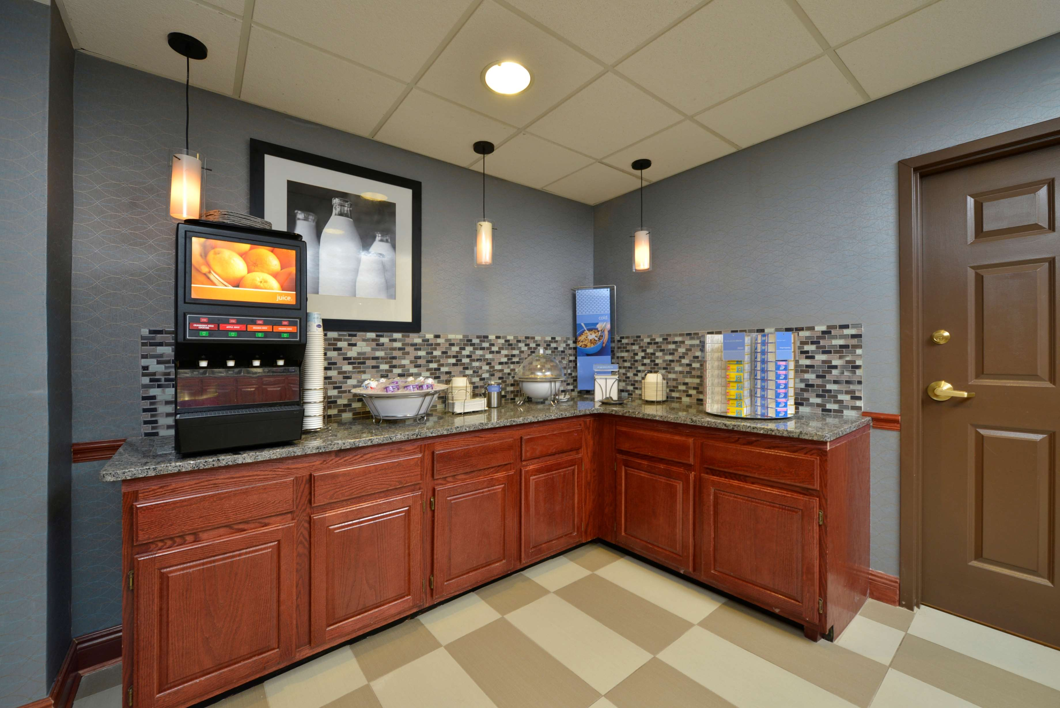Hampton Inn East Aurora image 11