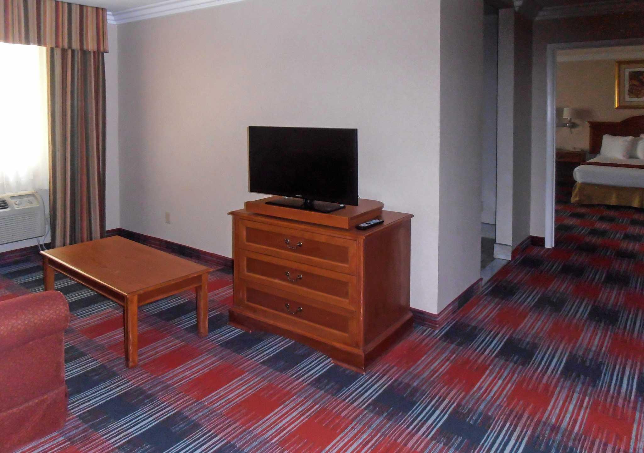 Quality Inn & Suites Oceanside Near Camp Pendleton image 6