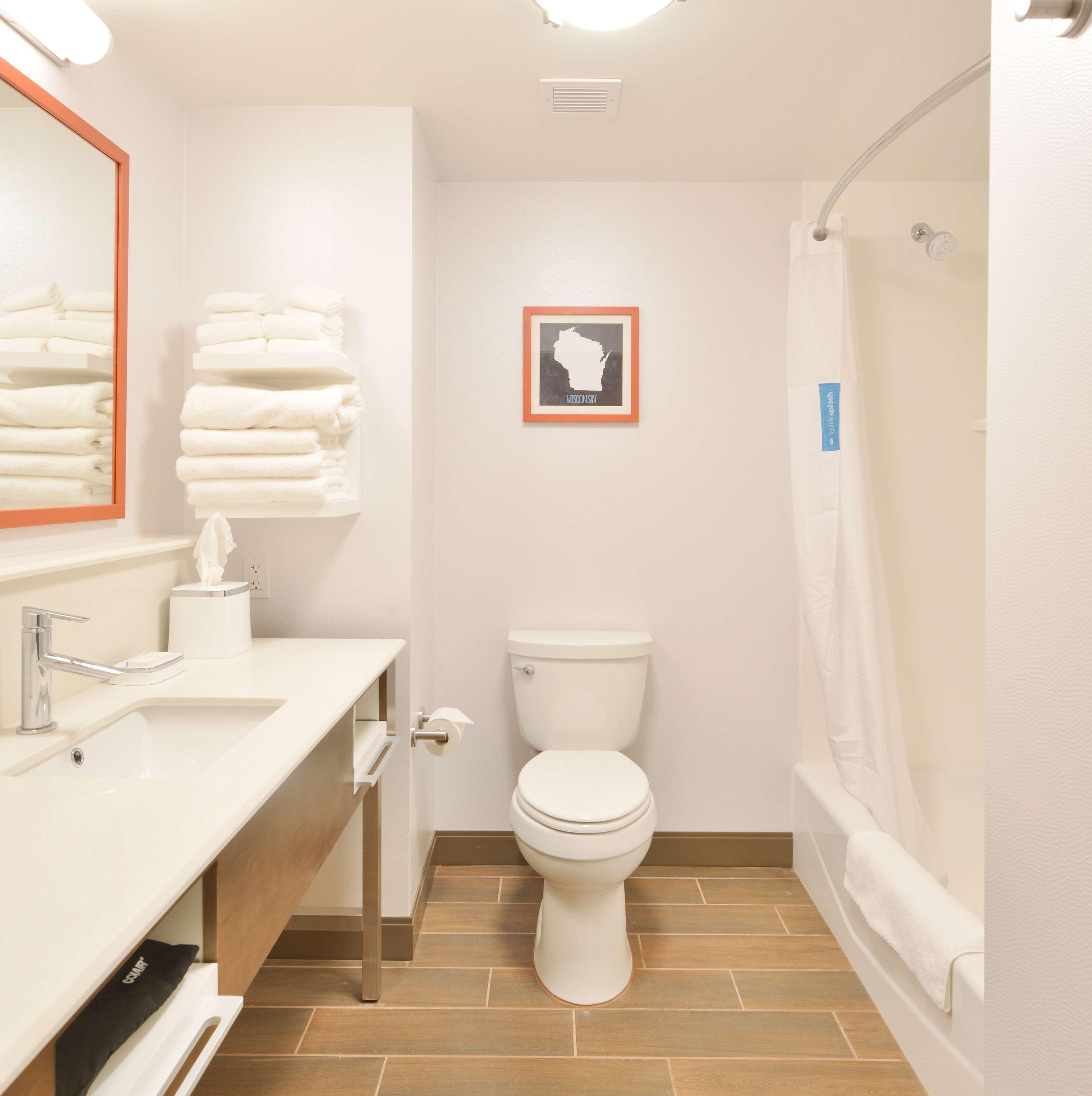 Hampton Inn & Suites Menomonie-UW Stout image 13