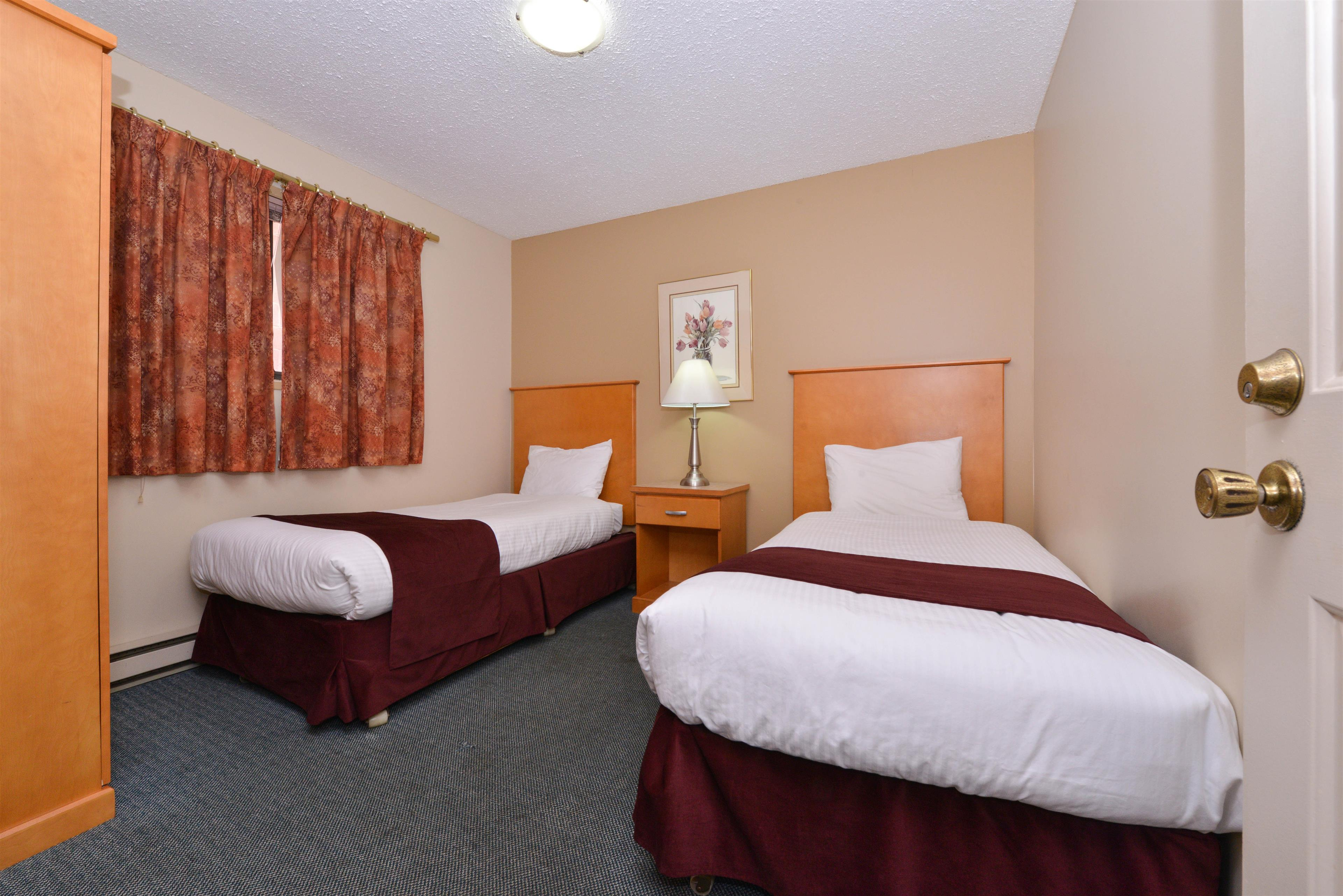 Canadas Best Value Inn & Suites in Vernon: One Queen Two Twin Beds Suite