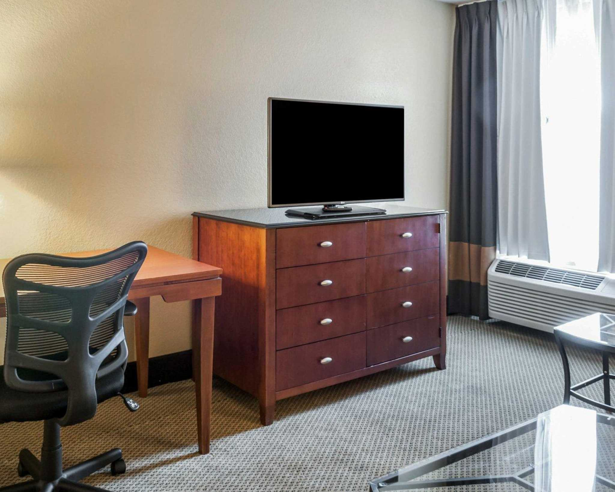 Quality Inn & Suites image 19
