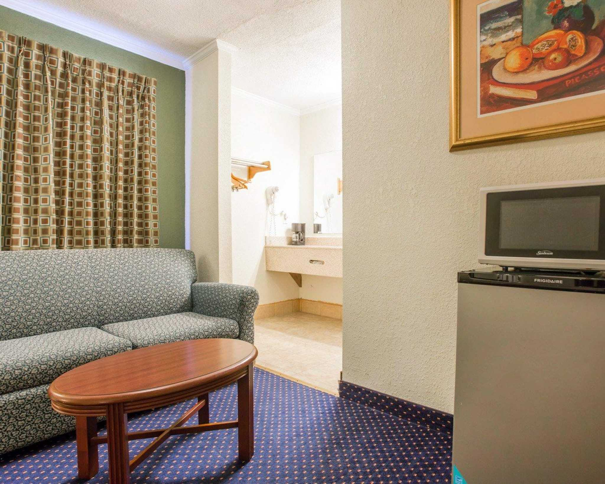 Rodeway Inn & Suites Fort Jackson image 3