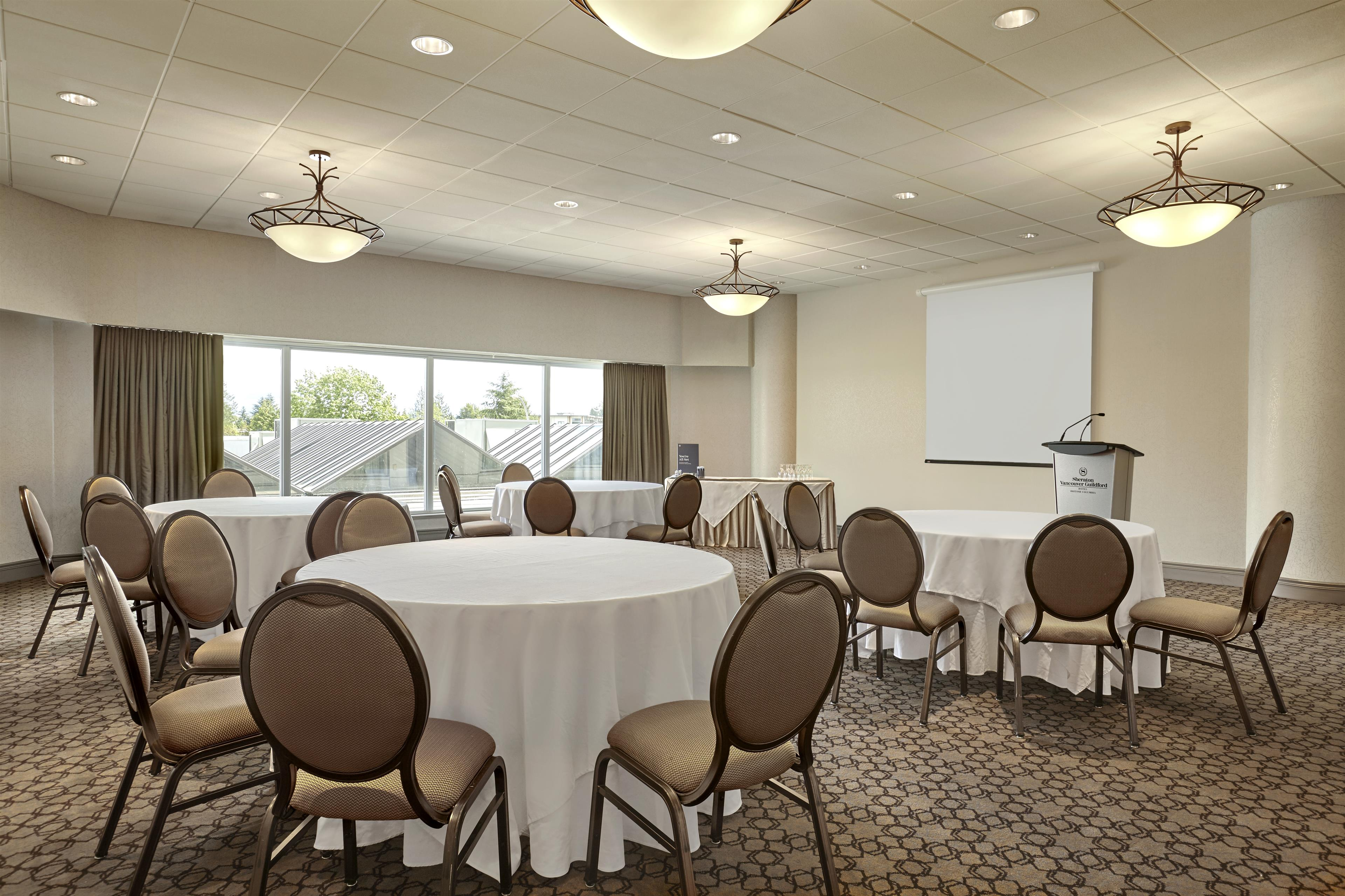 Sheraton Vancouver Guildford Hotel in Surrey: Green Timbers Room Setup in Rounds