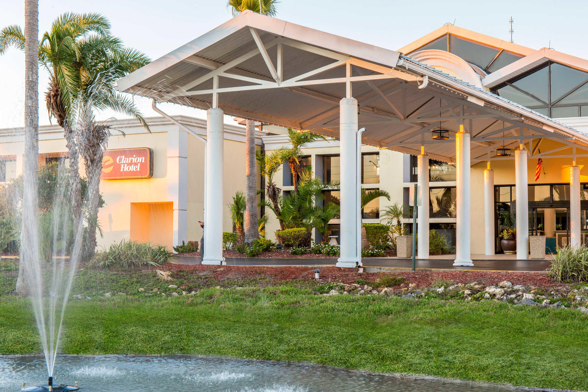 Clarion Hotel Orlando International Airport image 2