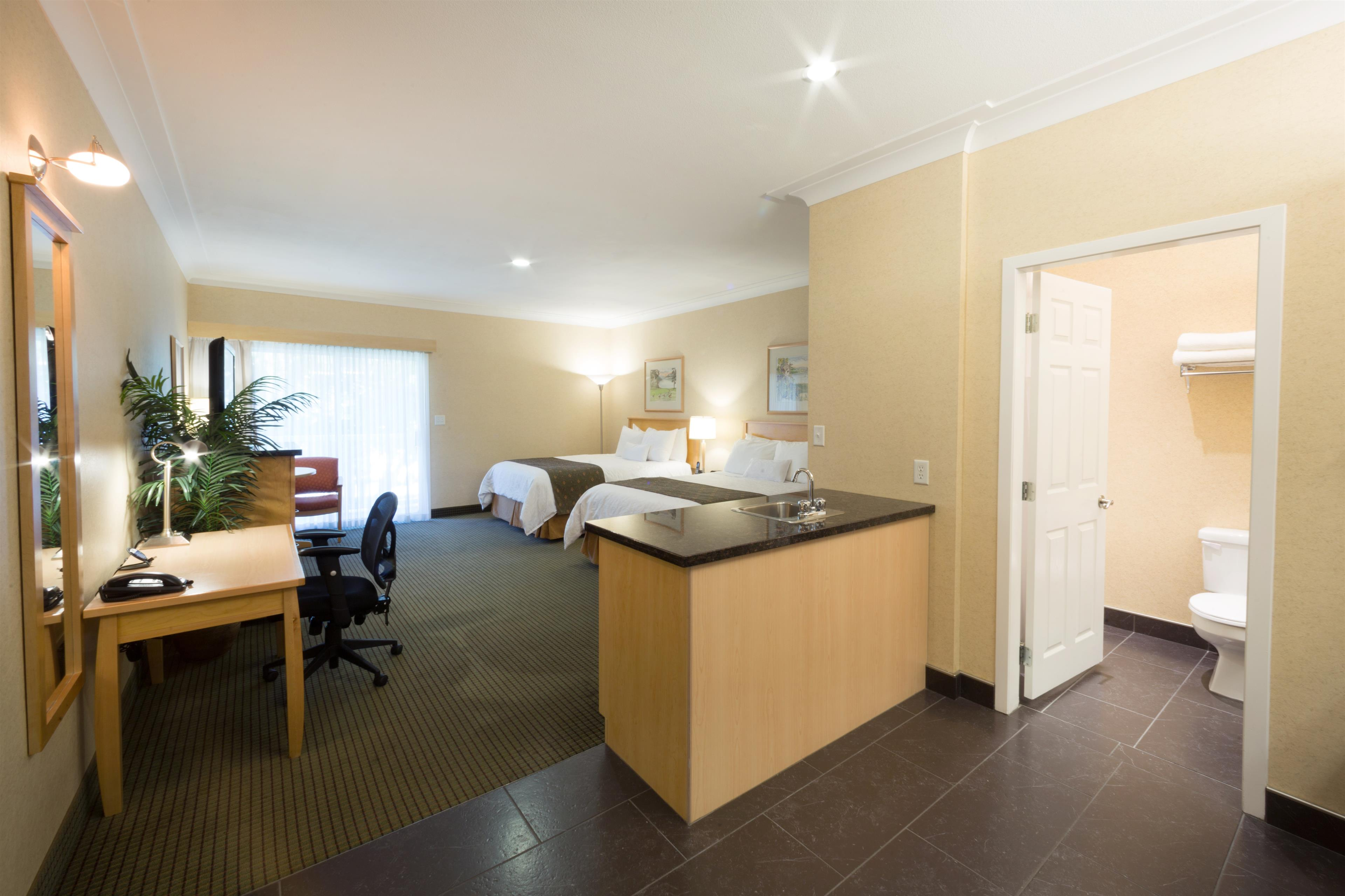 Best Western Plus Kelowna Hotel & Suites in Kelowna: Deluxe with 2 Queens & Wetbar