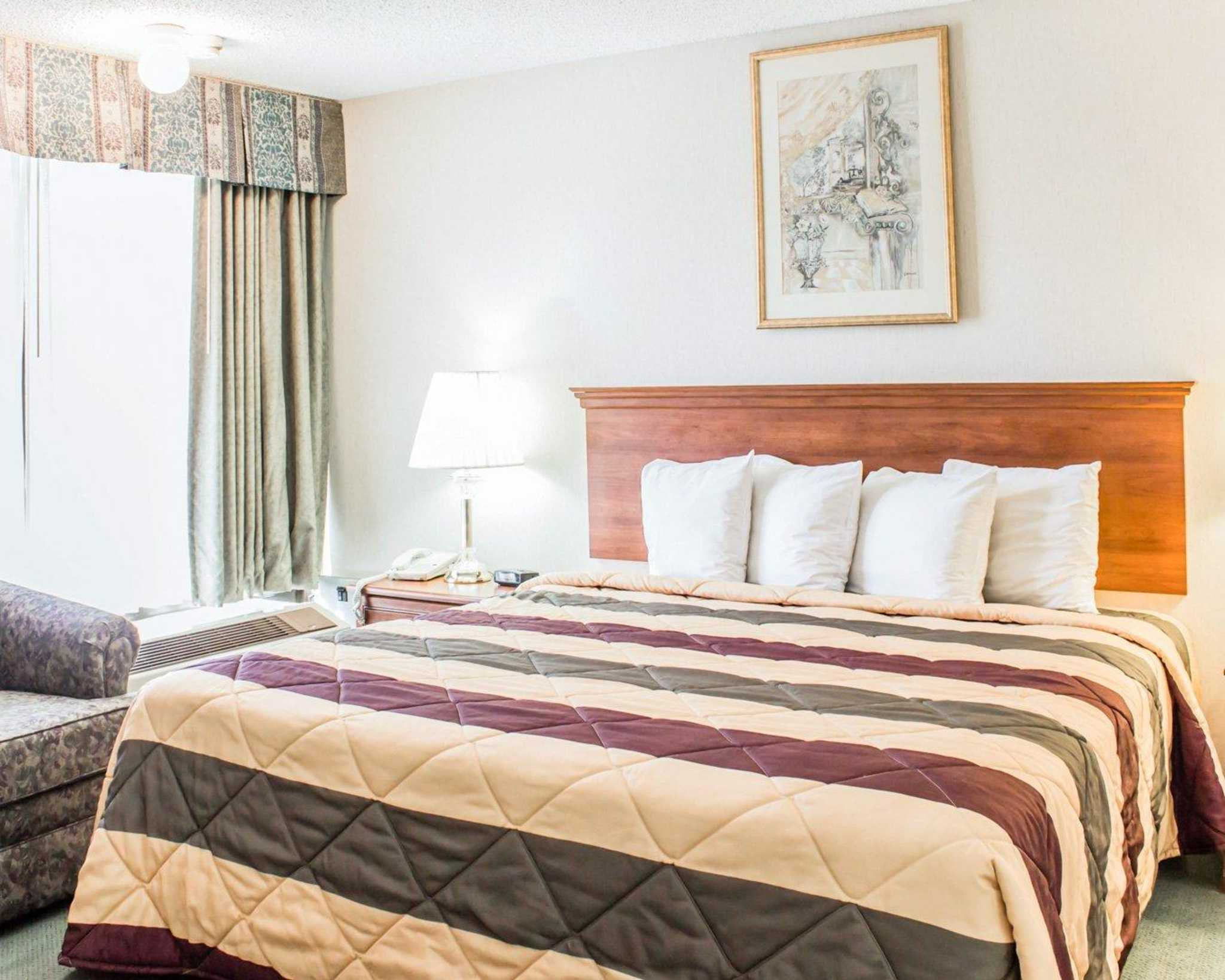 Econo Lodge & Suites image 28