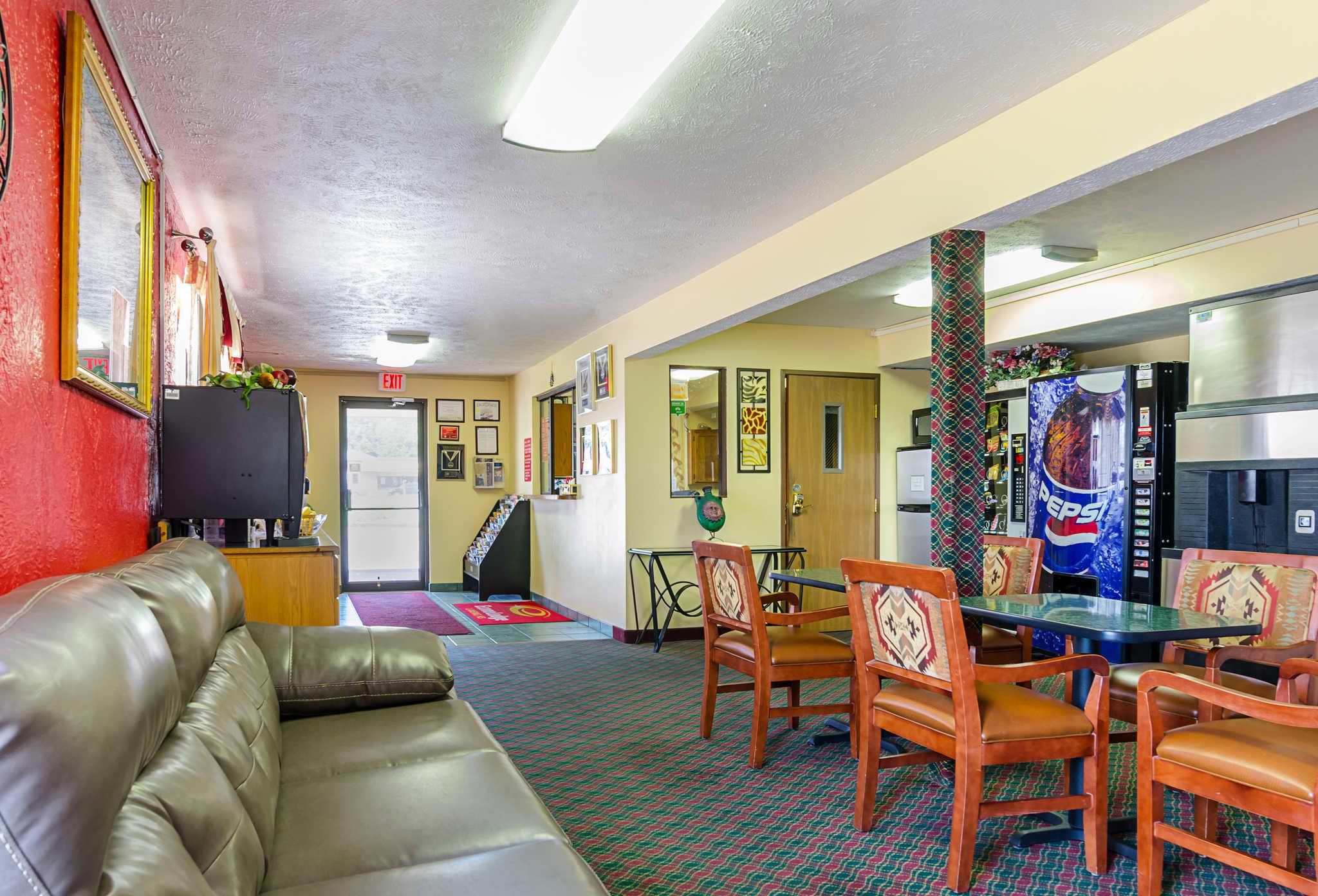 Econo Lodge Lansing - Leavenworth image 5