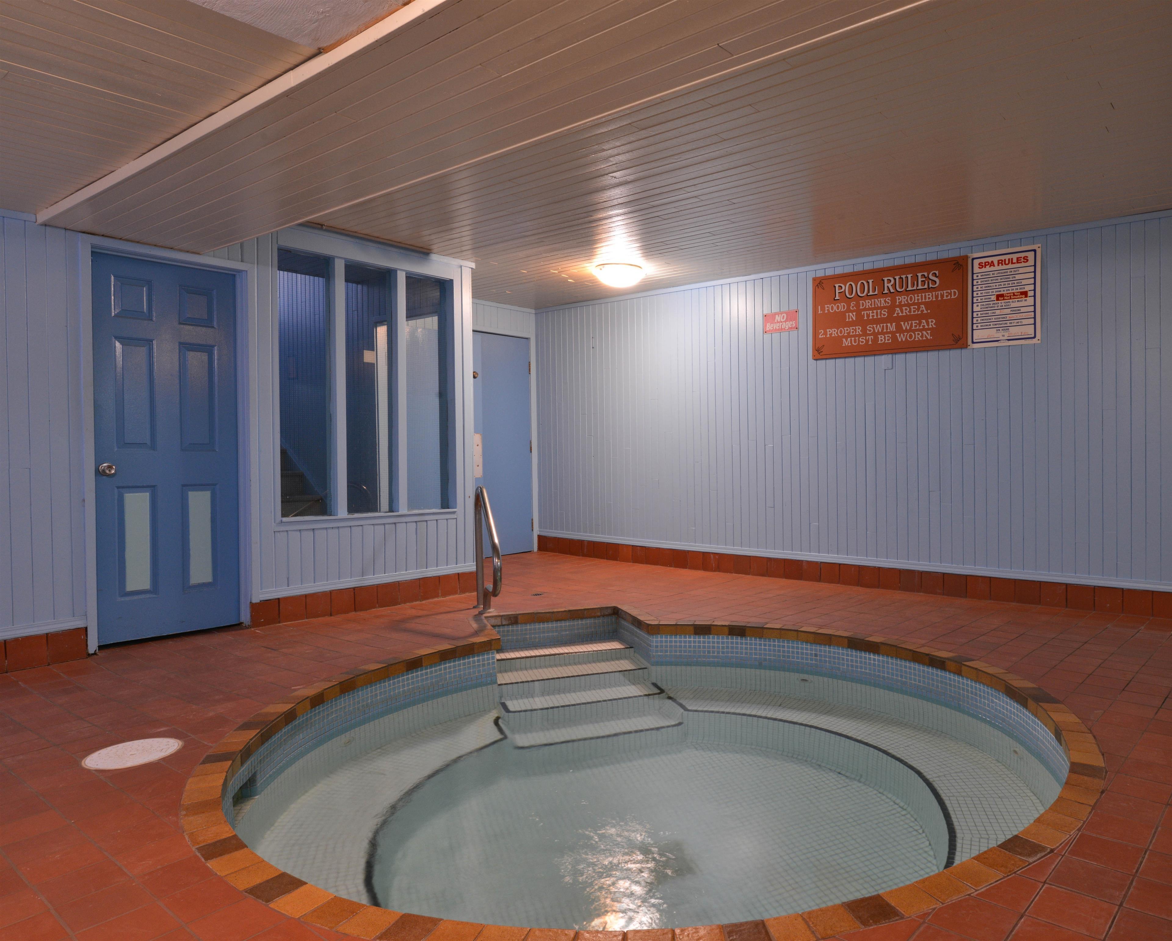 Canadas Best Value Inn & Suites in Vernon: Hot Tub