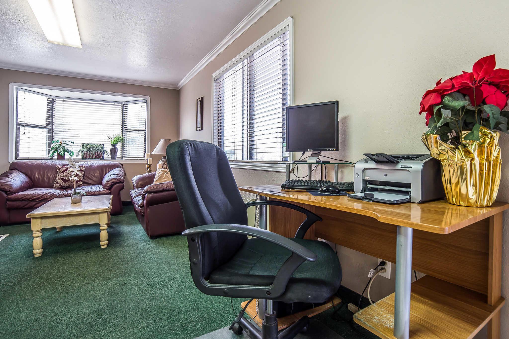 Econo Lodge Inn & Suites image 32