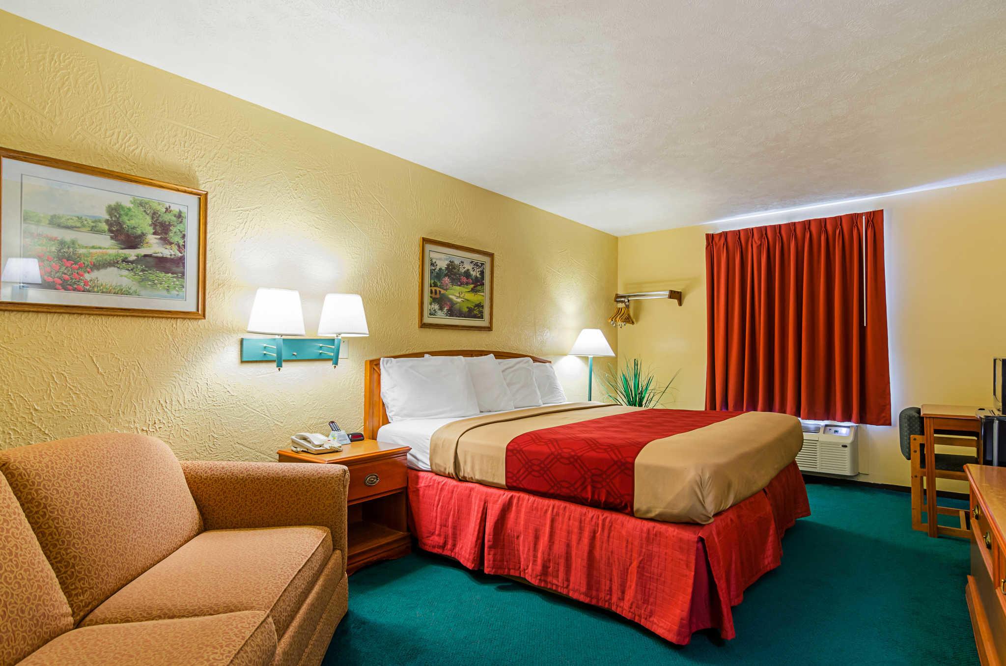 Econo Lodge Lansing - Leavenworth image 13