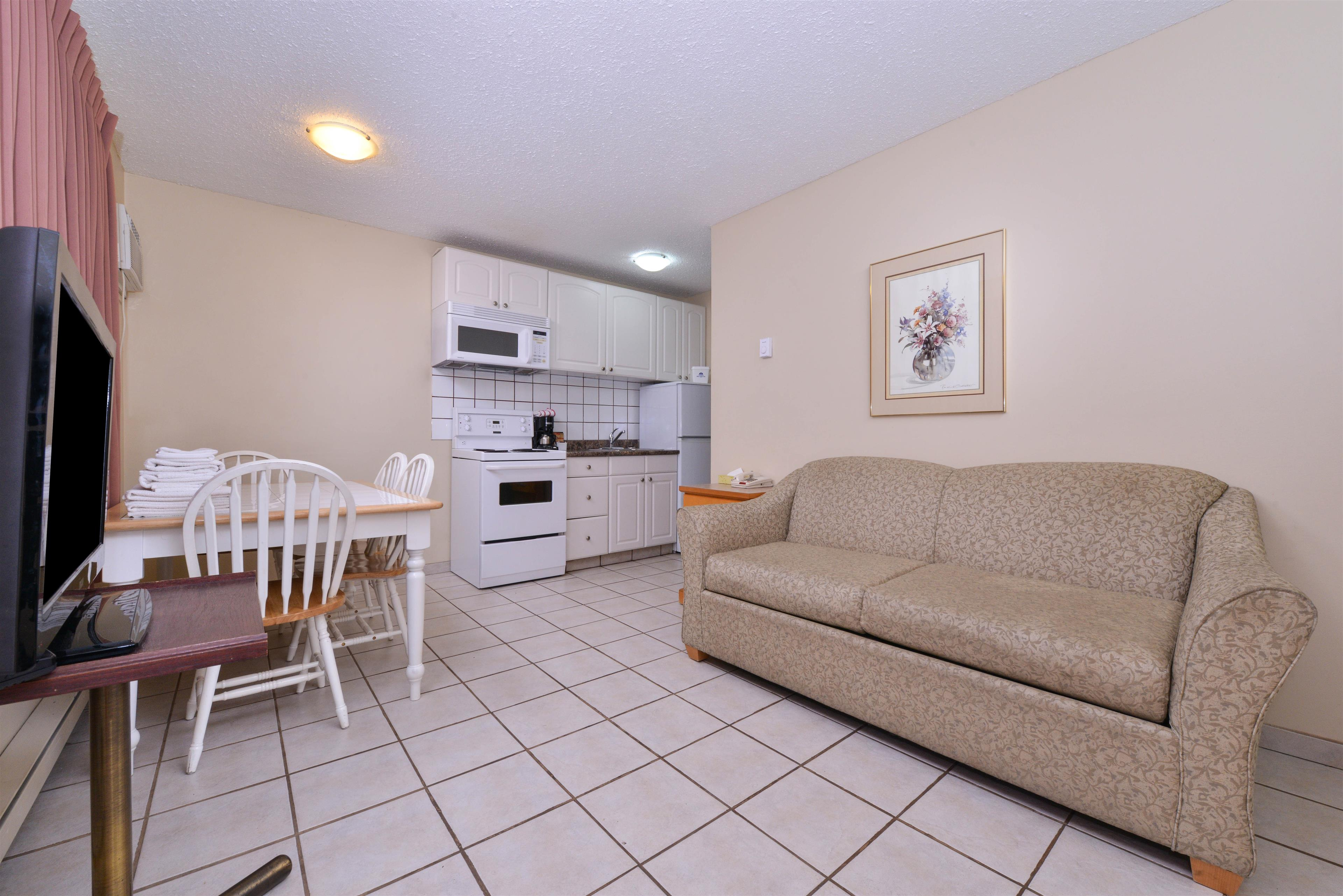 Canadas Best Value Inn & Suites Vernon in Vernon: One Queen Two Twin Beds Suite Amenities