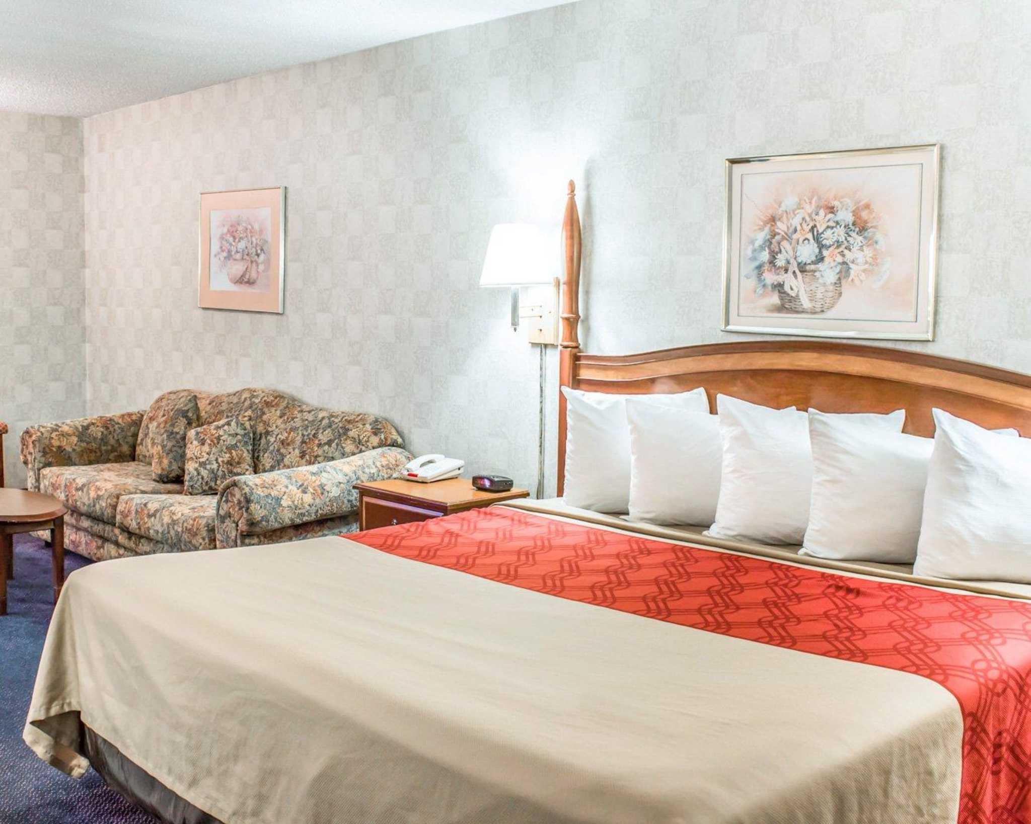Econo Lodge & Suites image 4