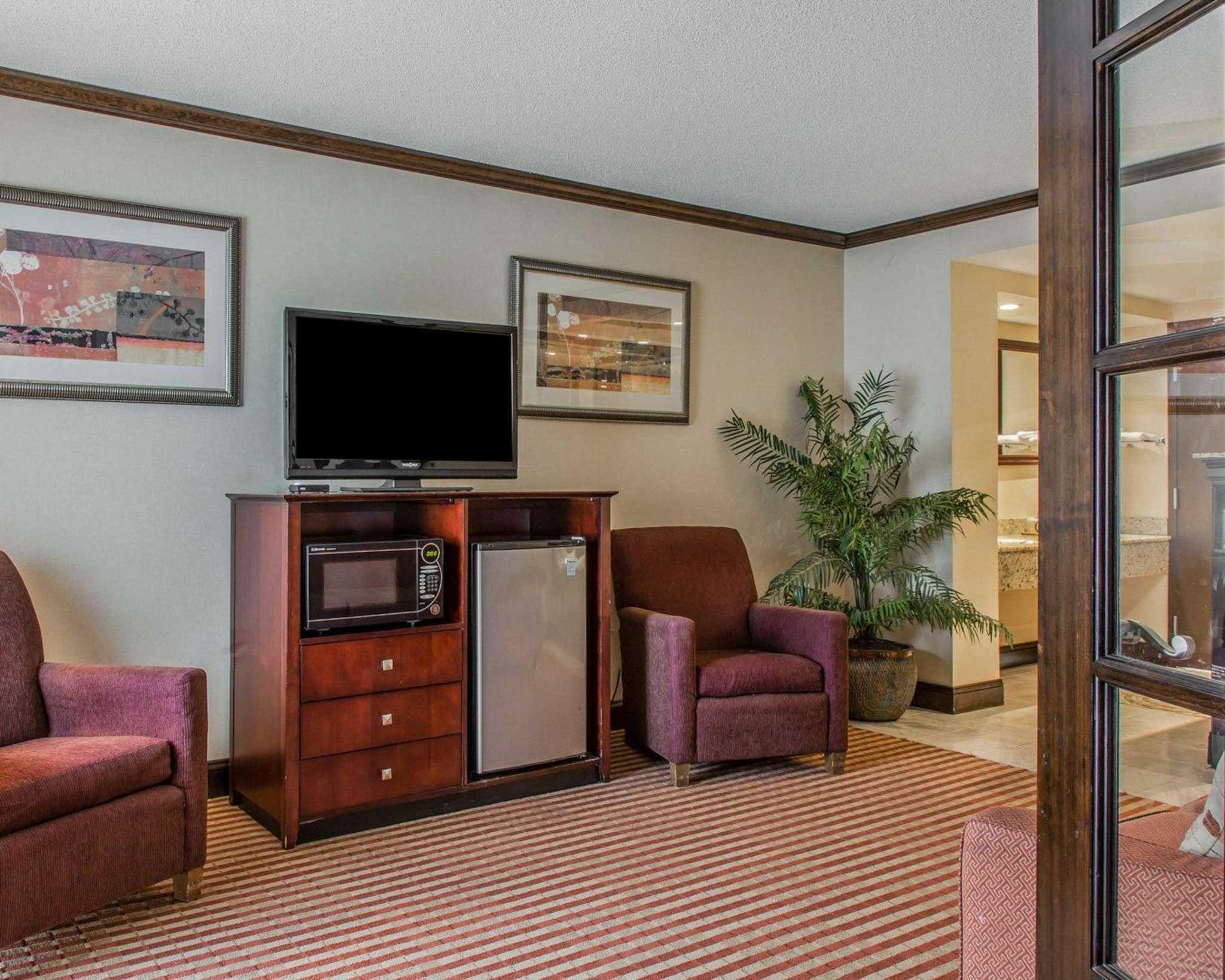 Rodeway Inn & Suites Bradley Airport image 29