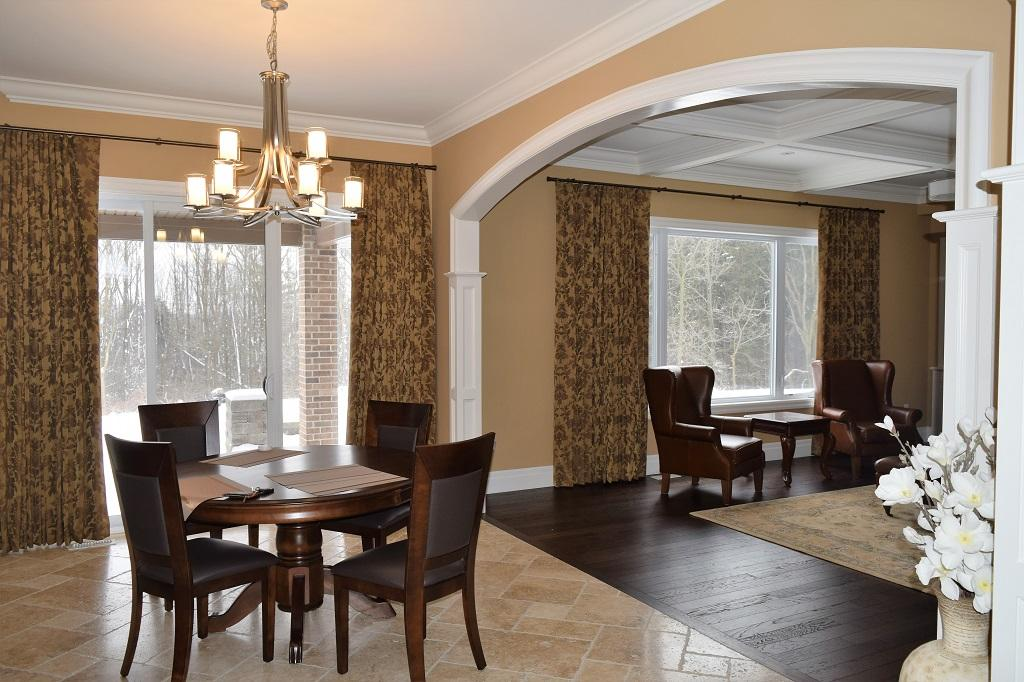 Budget Blinds à Waterloo: This Waterloo homeowner had a traditional interior and wanted drapery that suited the space without being too formal. Enter Ripplefold. The clean lines of this drapery paired with a more traditional floral pattern was an exquisite pairing.