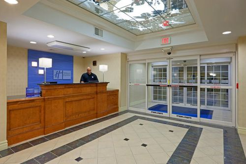 Holiday Inn Express & Suites Reading image 3