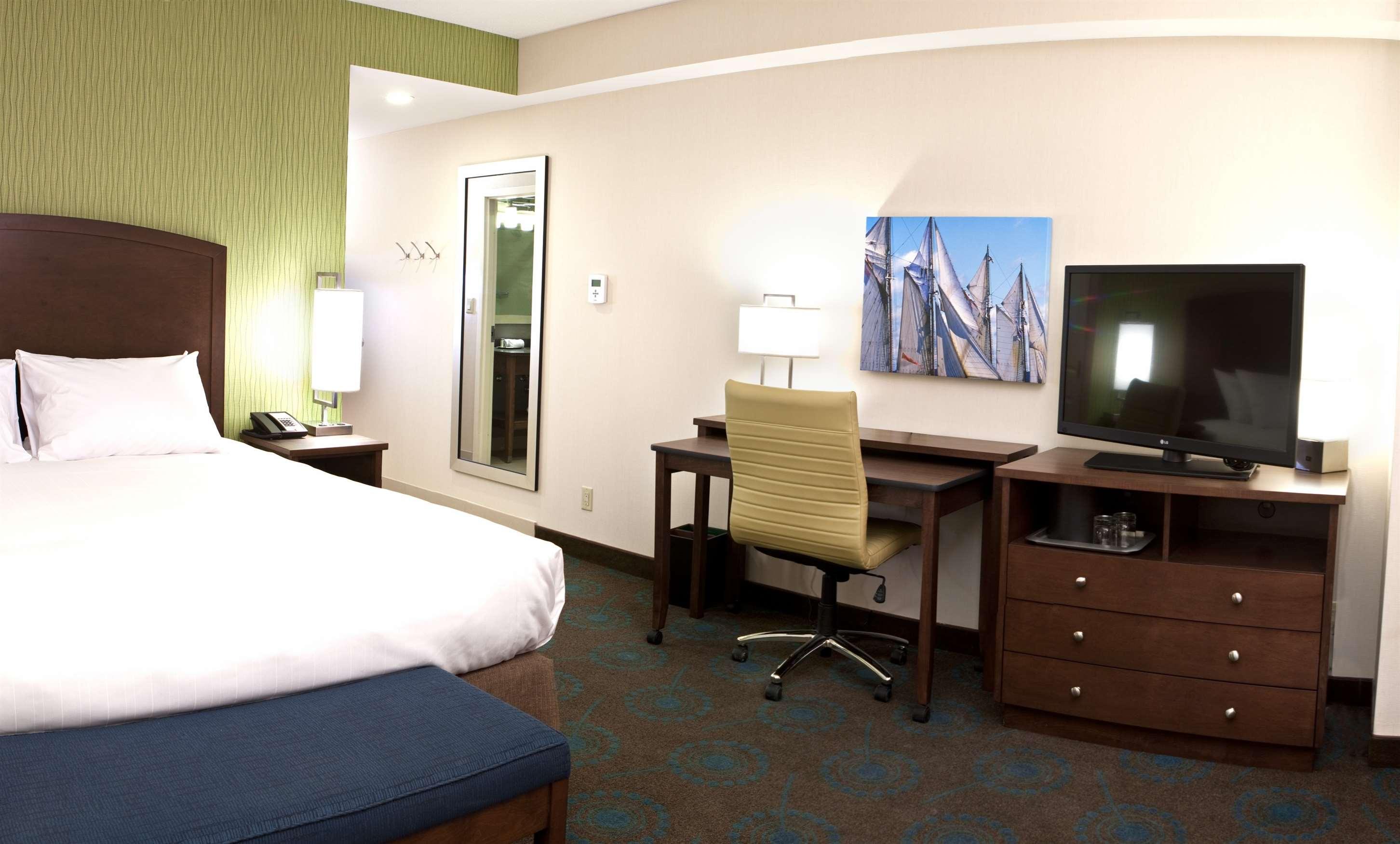 Hampton Inn by Hilton Halifax Downtown in Halifax: Guest room
