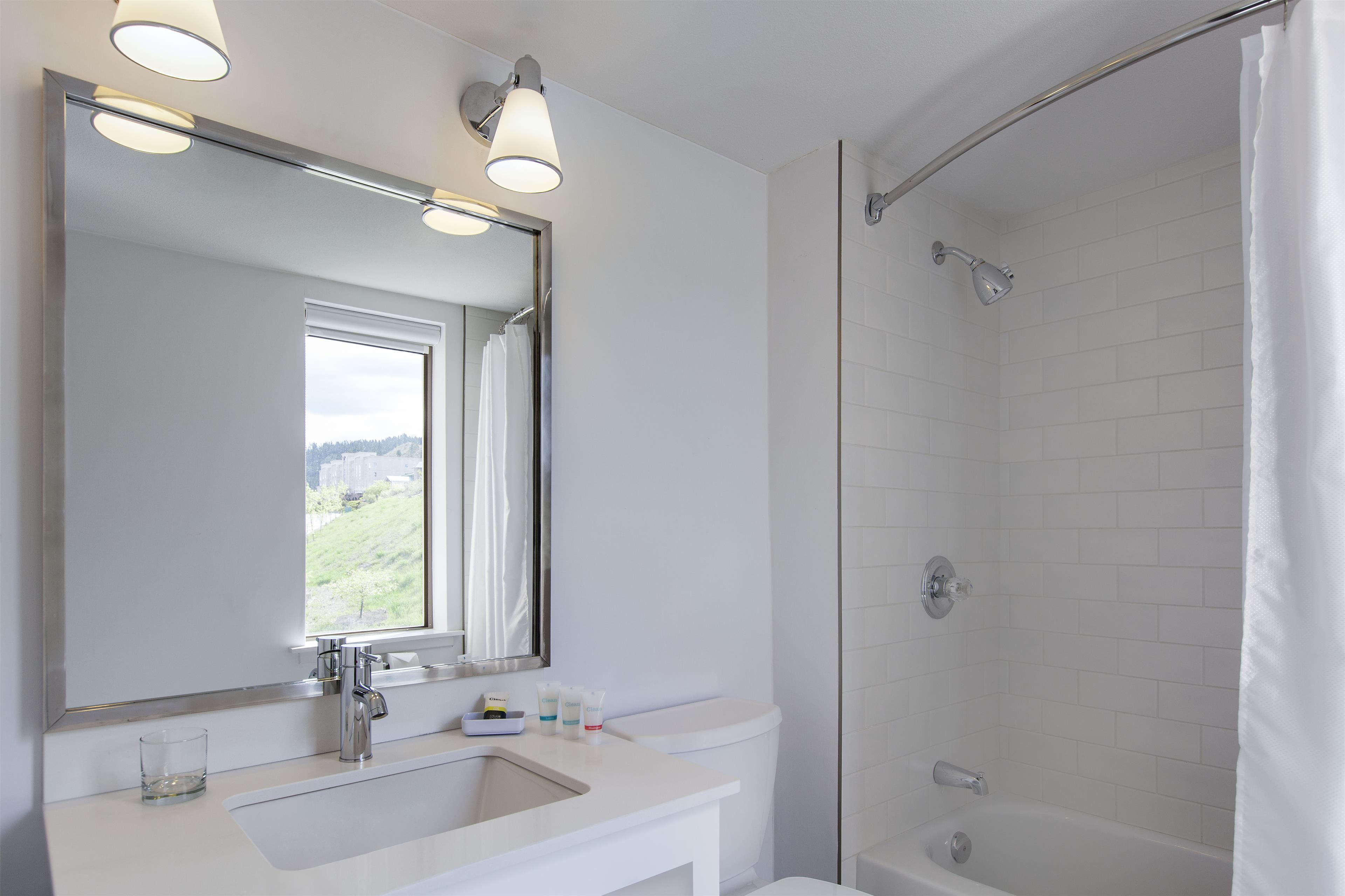 Four Points by Sheraton Kamloops in Kamloops: Guest Bathroom