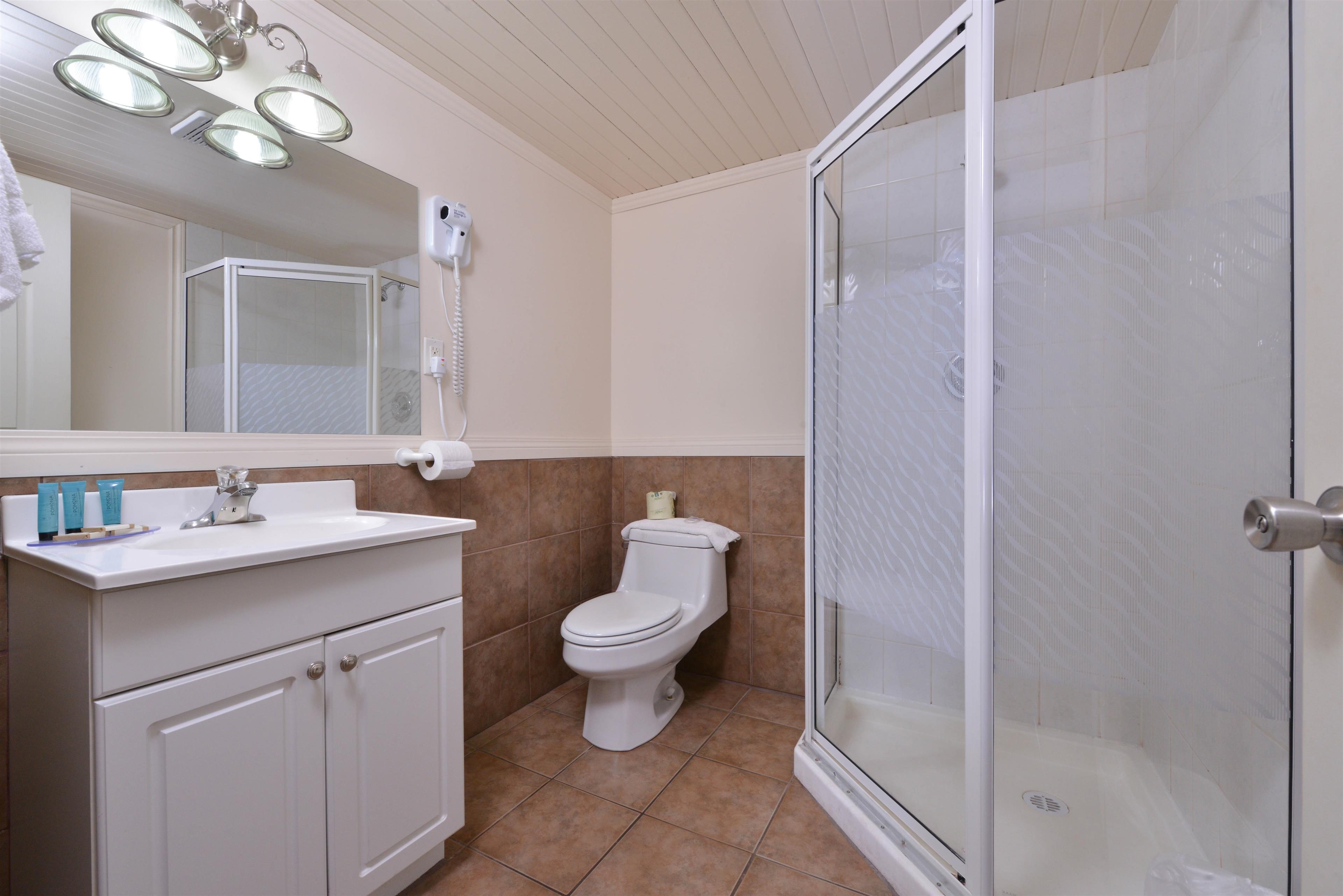 Canadas Best Value Inn & Suites Vernon in Vernon: Four King Bed Deluxe Suite Guest Bathroom