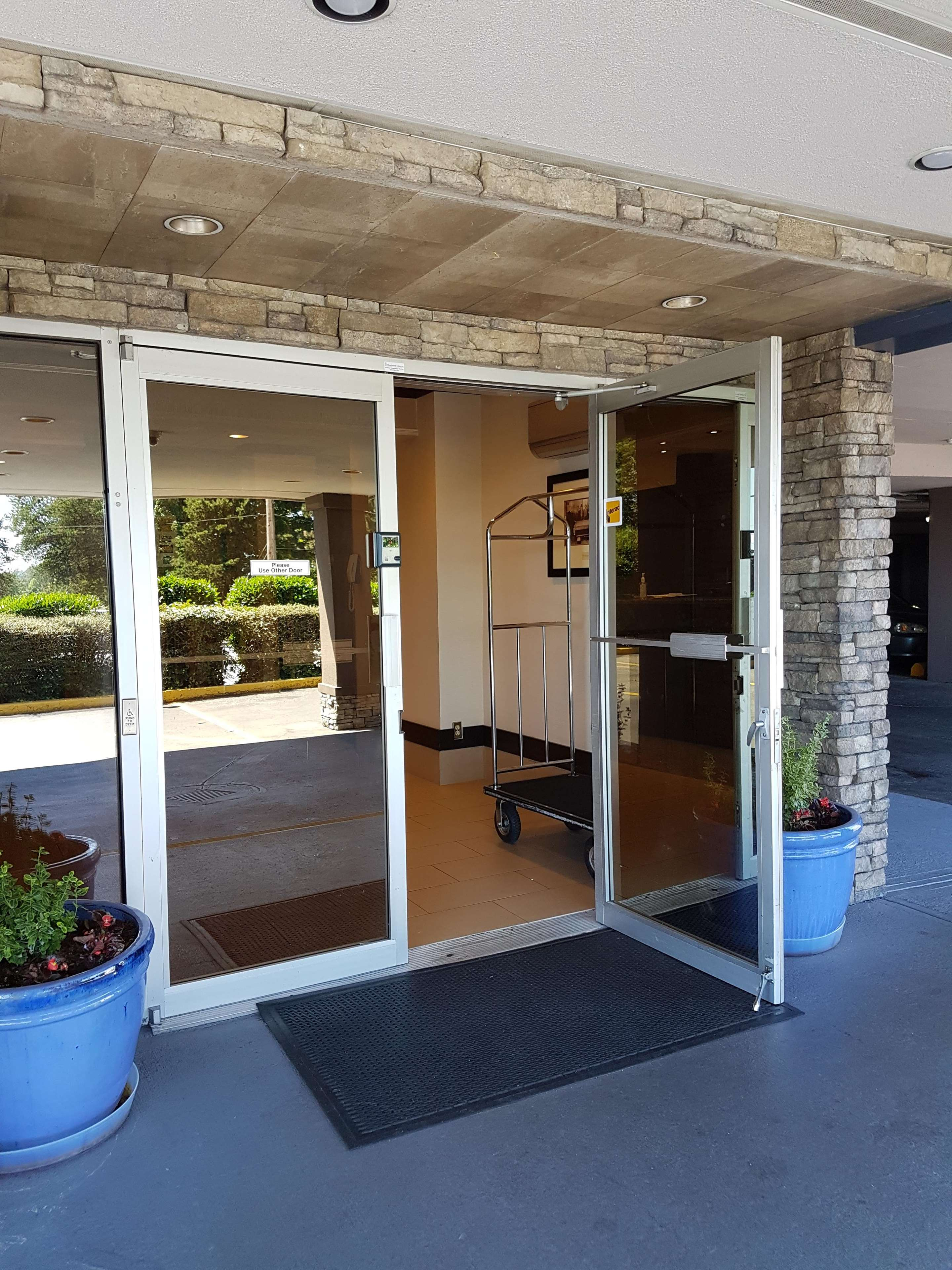 SureStay Plus Hotel by Best Western Coquitlam in Coquitlam: Front Desk