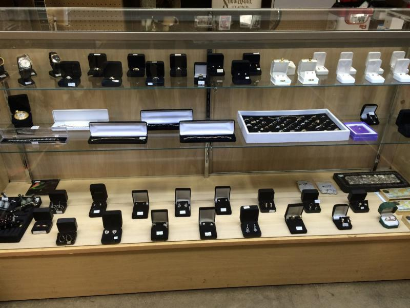 A-Z Pawn in Kelowna: You will find awesome deals on fine jewelry, watches and much more. We also buy and sell gold. A-Z Pawn buys a great selection of pre-owned jewelry, such as: Charms, Pendants & Diamond , Earrings, Engagement rings, Wedding rings and more..