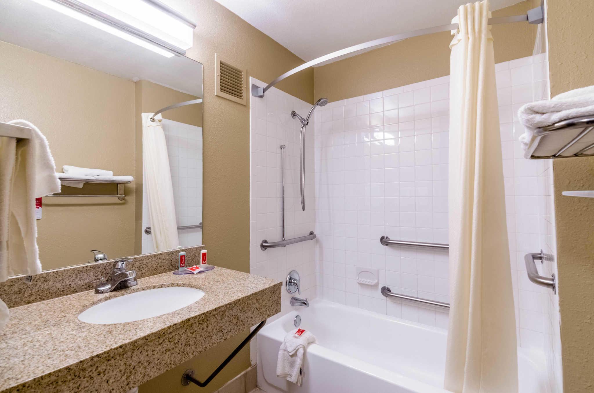 Econo Lodge  Inn & Suites I-35 at Shawnee Mission image 25