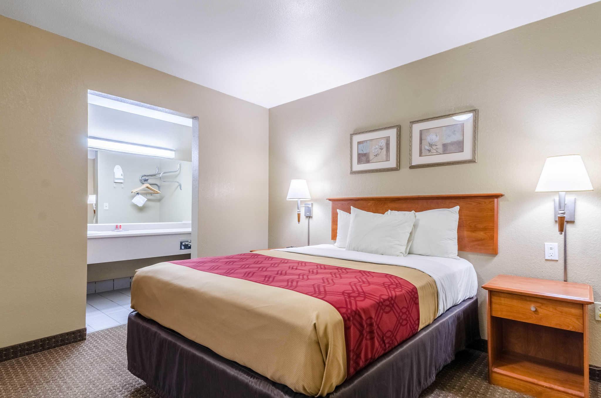 Econo Lodge  Inn & Suites I-35 at Shawnee Mission image 16