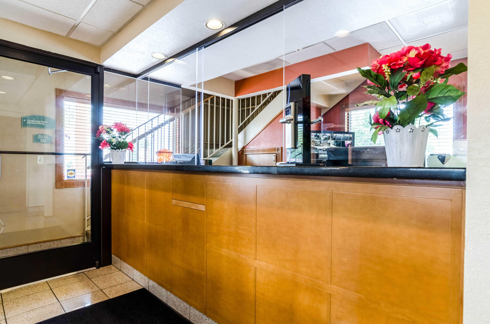 Econo Lodge  Inn & Suites I-35 at Shawnee Mission image 5
