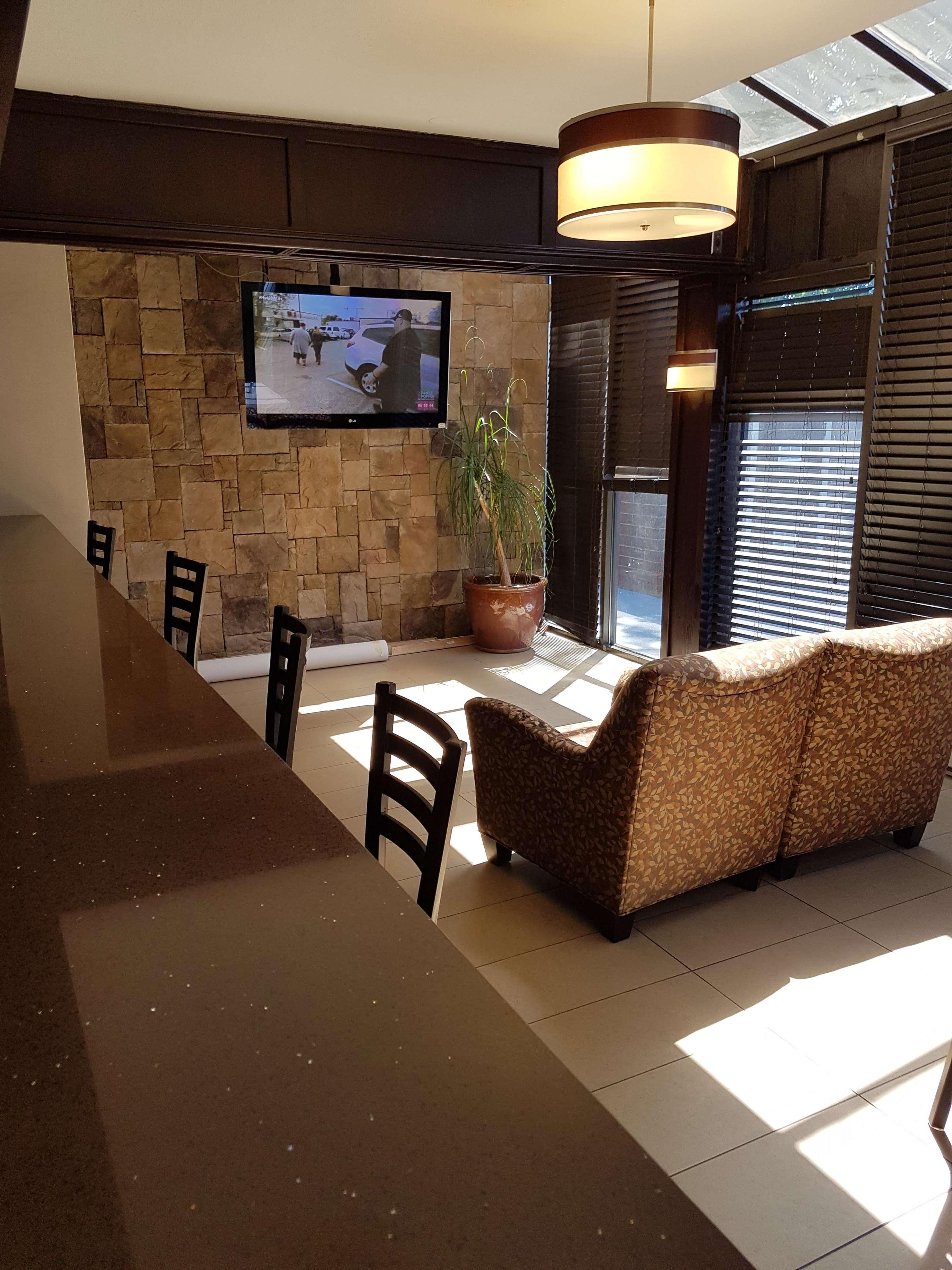 SureStay Plus Hotel by Best Western Coquitlam in Coquitlam: Breakfast Area